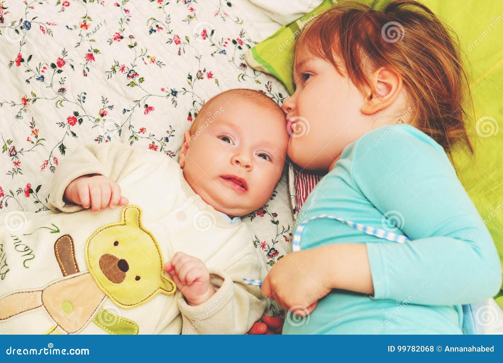 Un ritratto sveglio di due bambini