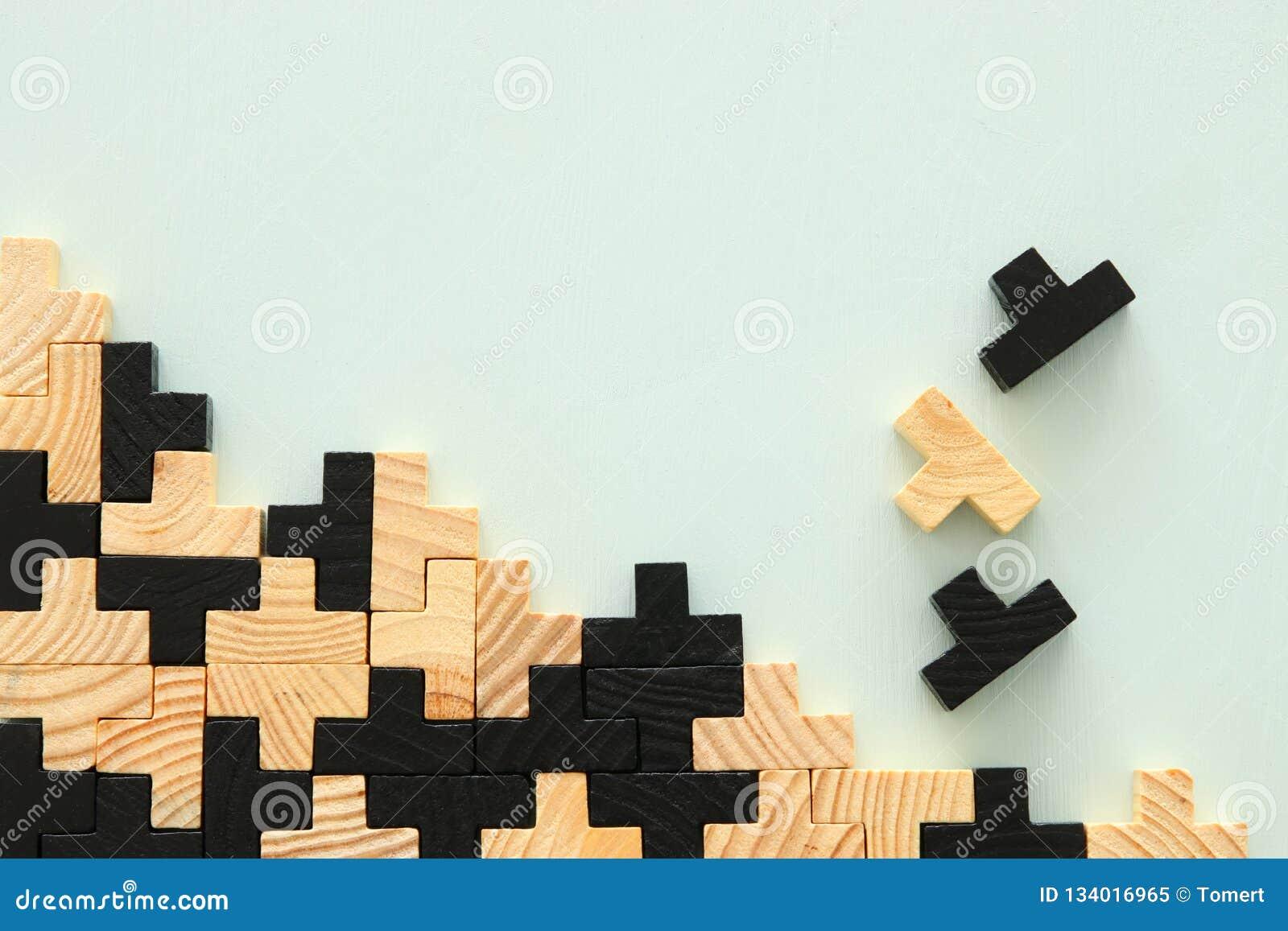 Un rompecabezas cuadrado de madera del rompecabezas chino, sobre fondo de la menta