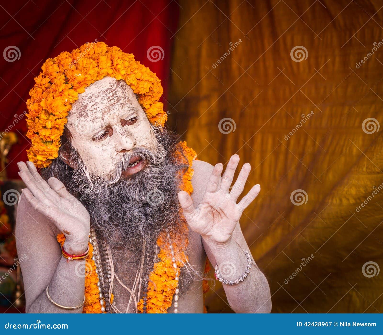 Un sacerdote hindú que predica en el Kumbha Mela en la India
