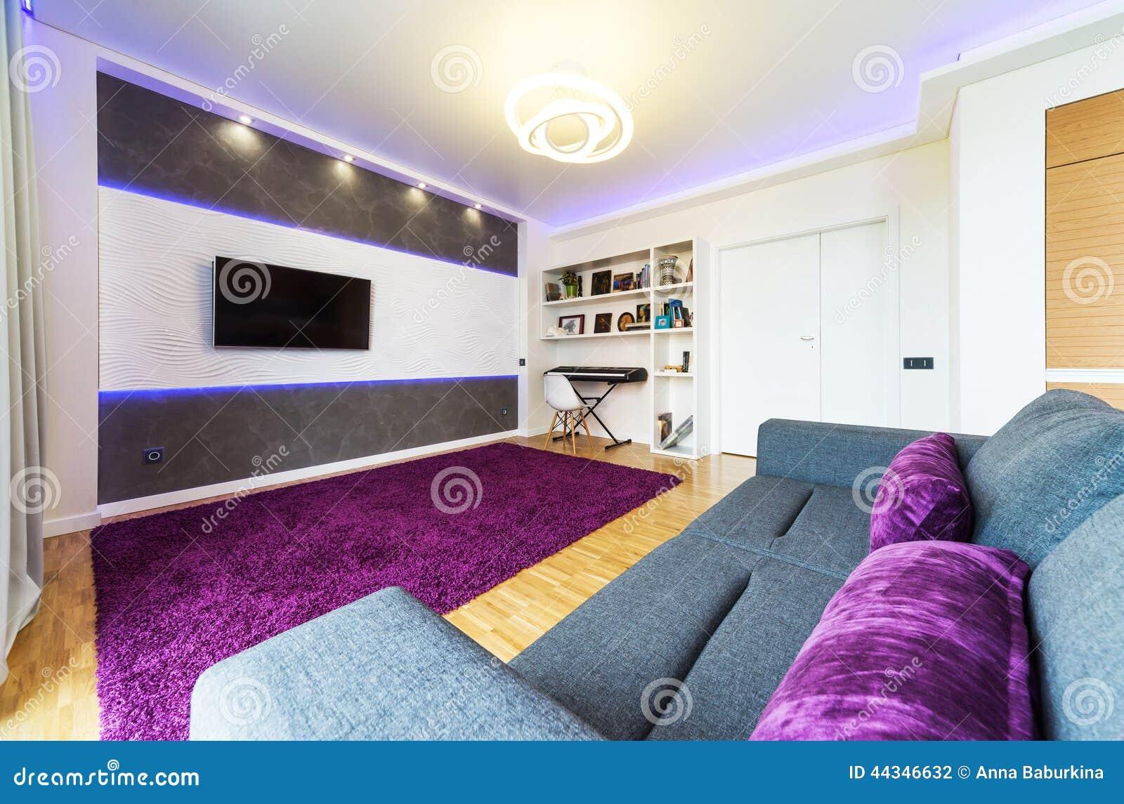 Un Salon Moderne Avec La Lumière De Nuit Photo stock - Image: 44346573