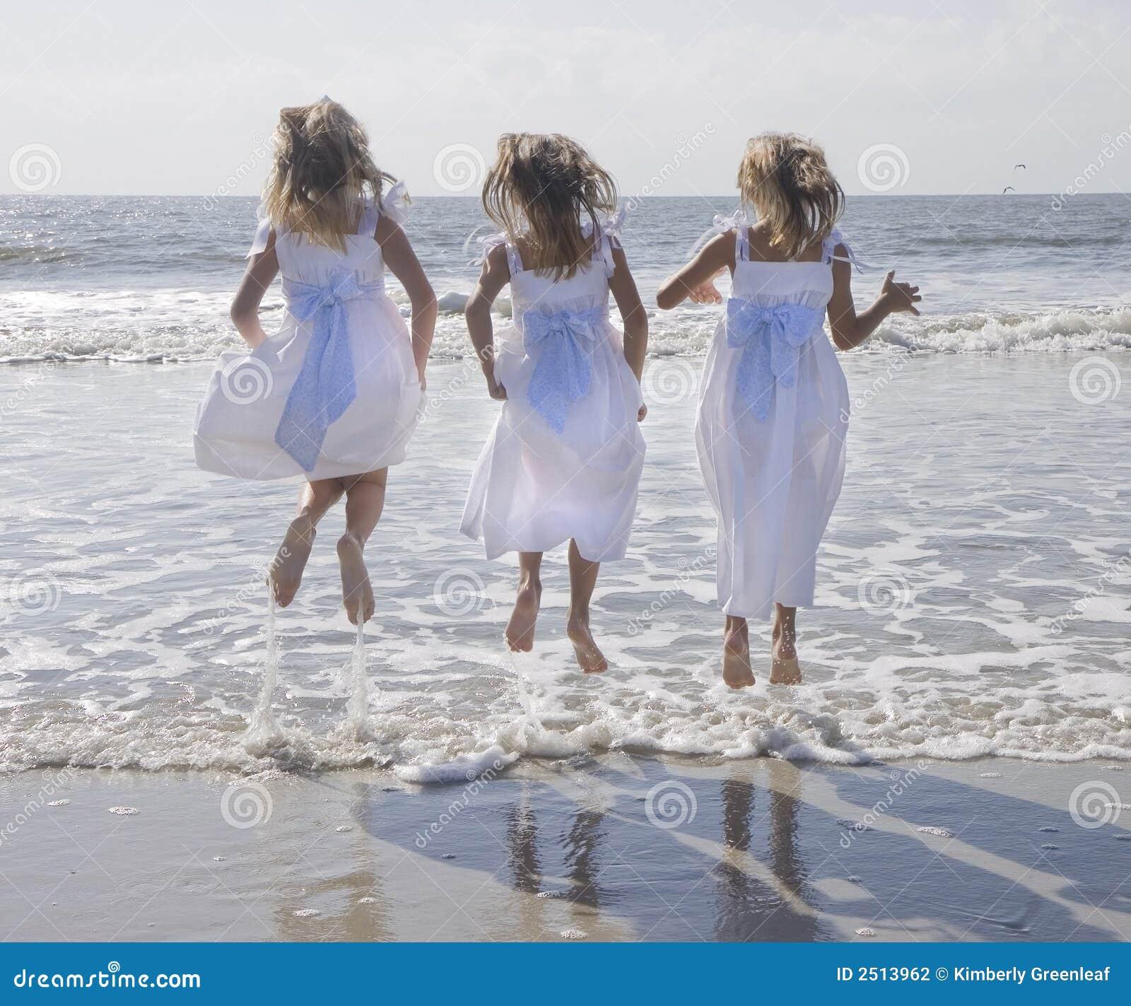 Un salto delle tre ragazze