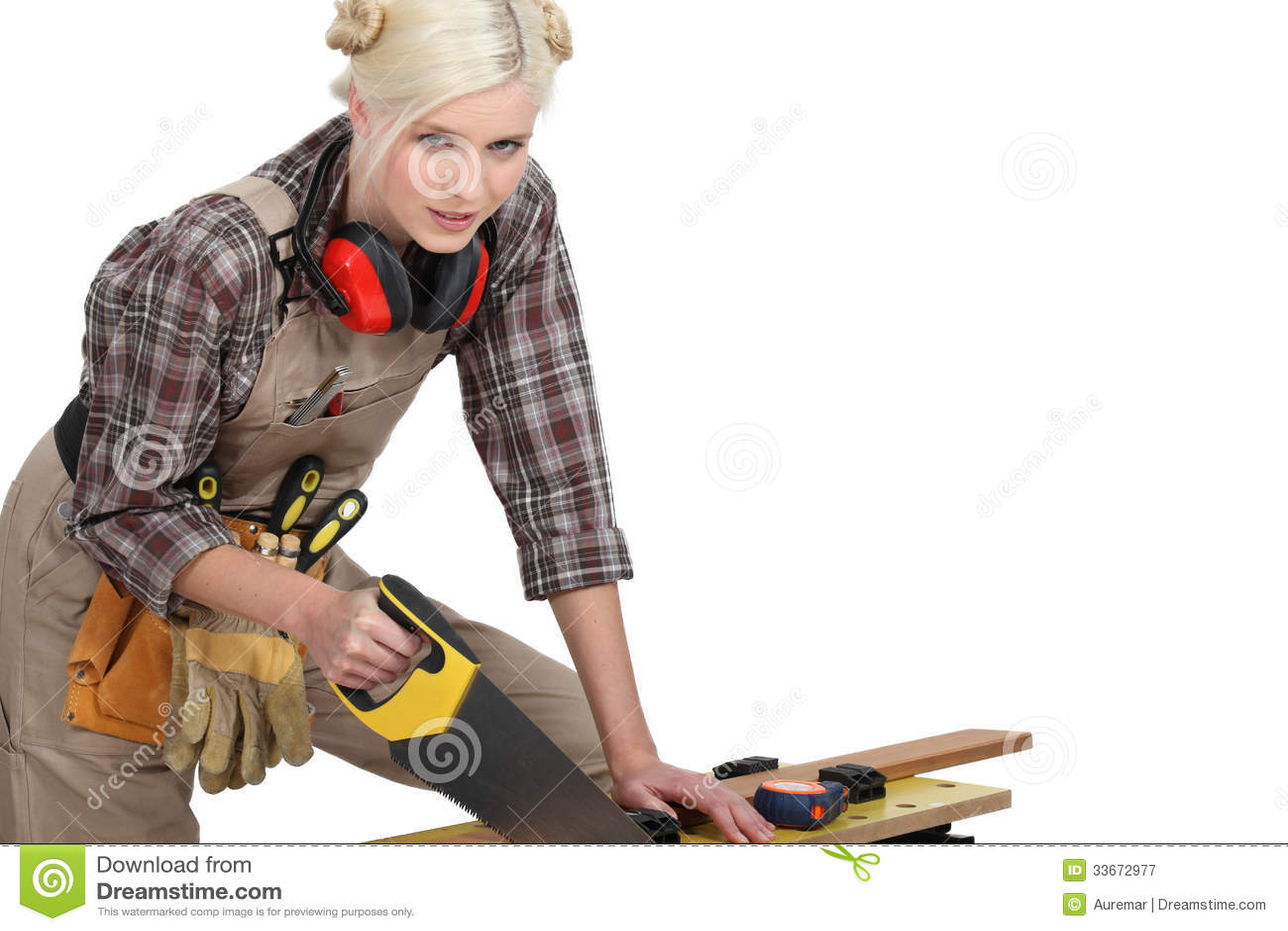 Un sawing femelle de charpentier.