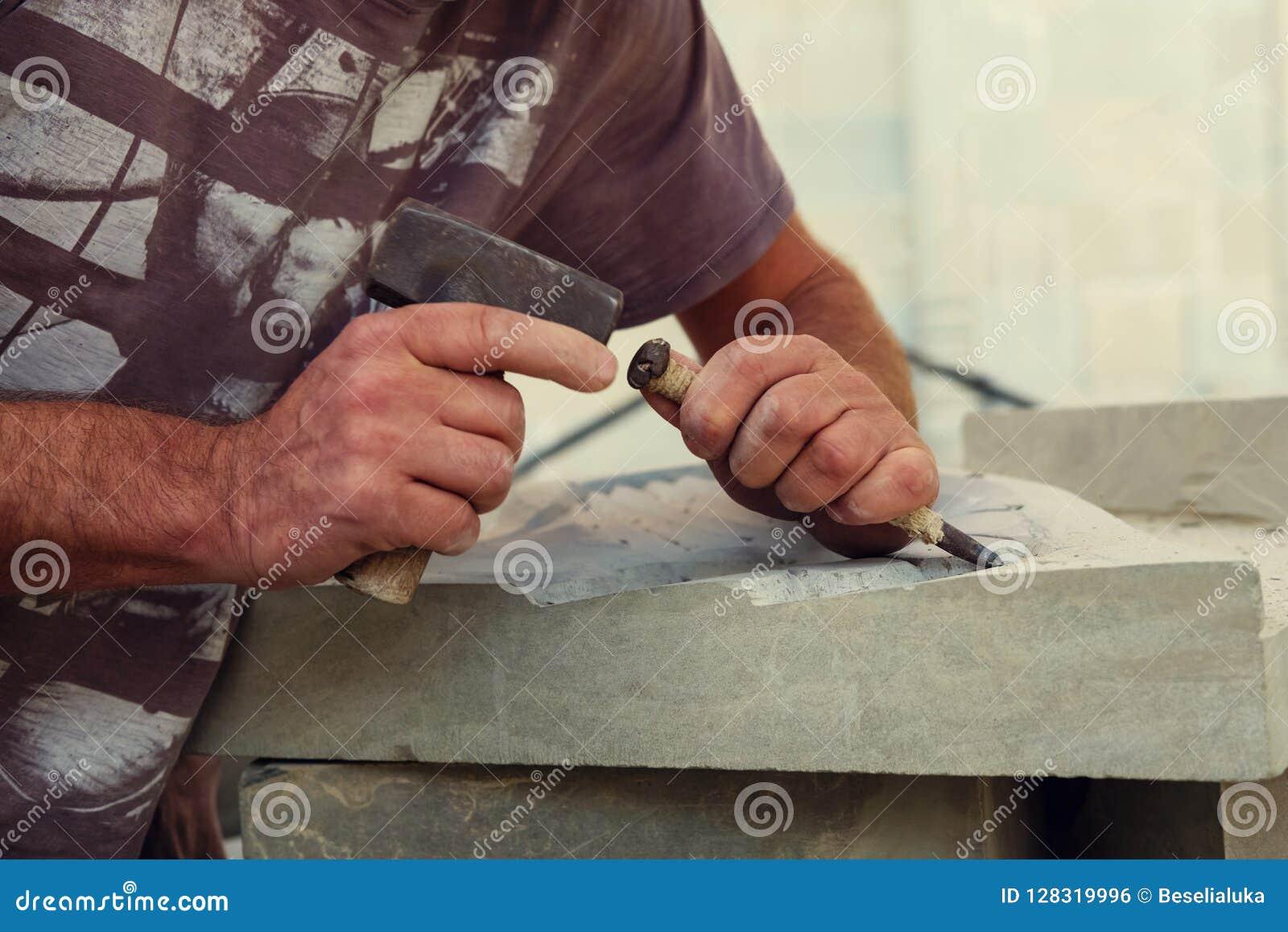 Un sculpteur est