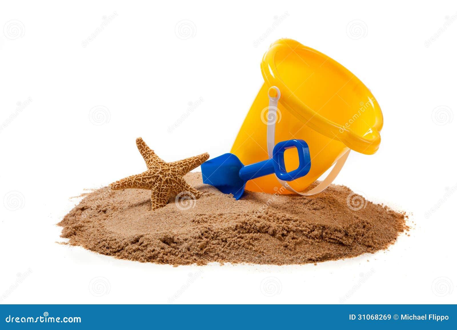 un seau jaune et une pelle bleue sur la plage avec une. Black Bedroom Furniture Sets. Home Design Ideas
