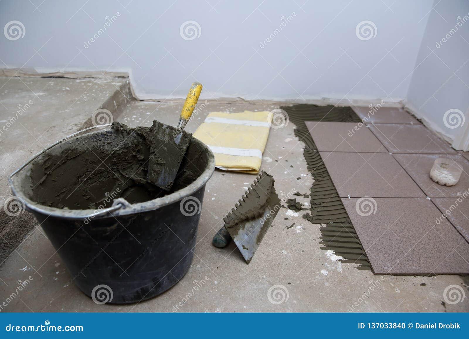 Un secchio di plastica della costruzione con cemento ha basato la