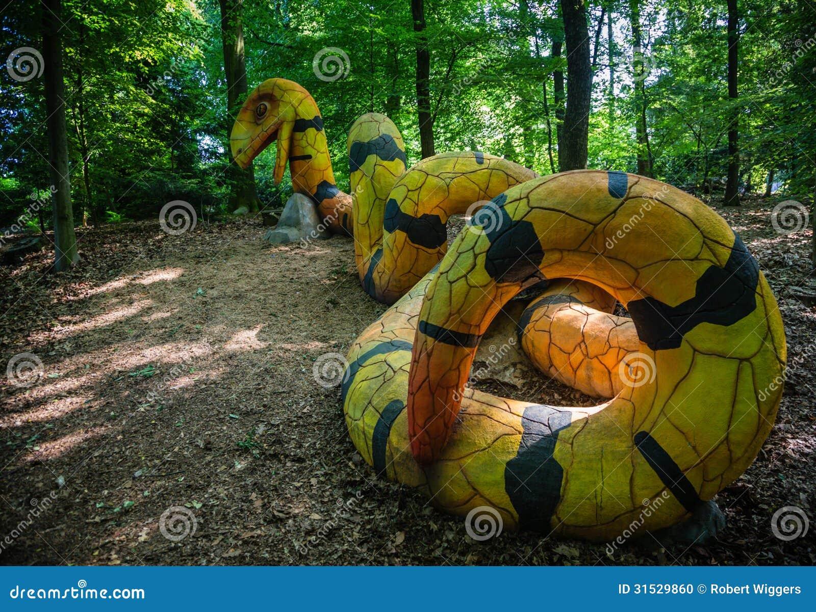 Un serpente concreto giallo e nero fotografia stock for Serpente nero italiano