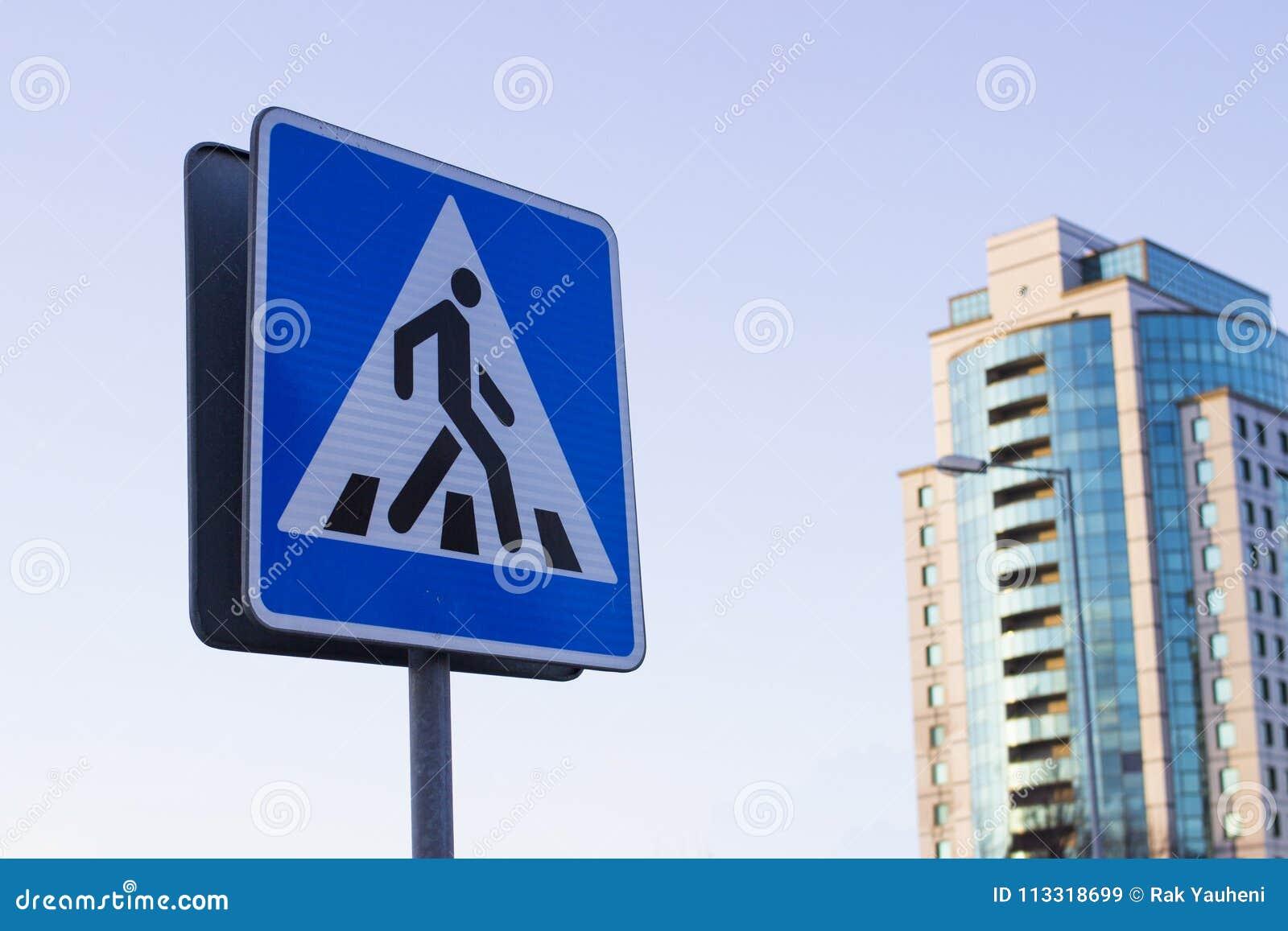 Un signe d un passage pour piétons crosswalk Un piéton
