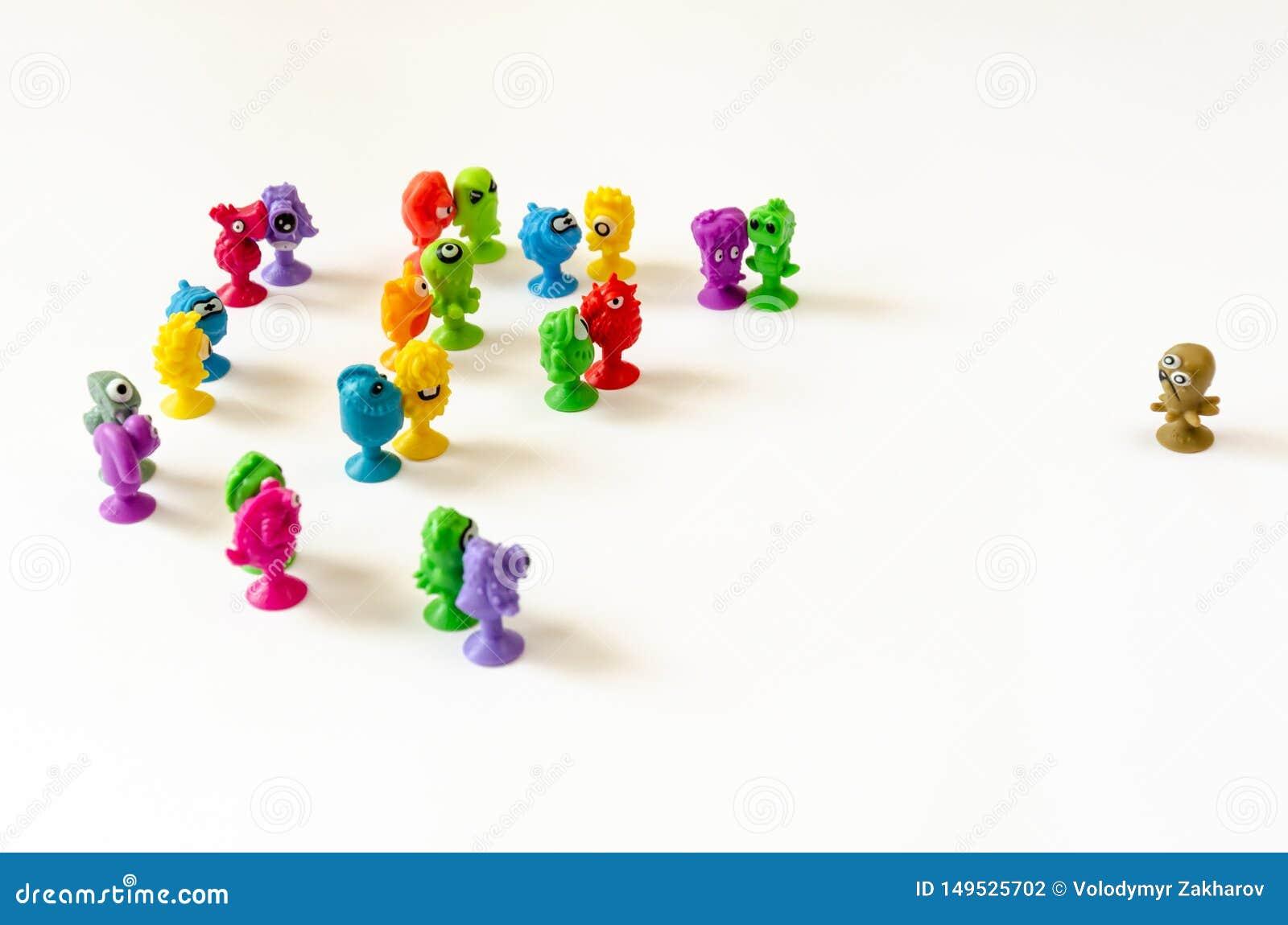 Un singolo carattere affronta un gruppo di figure Concetto del conflitto fra un singolo e un gruppo