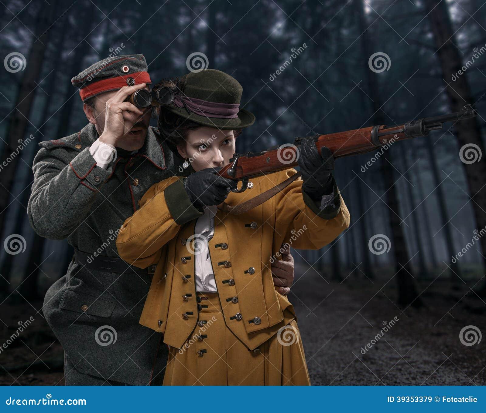 Un soldado alemán con la señora en la caza en el bosque