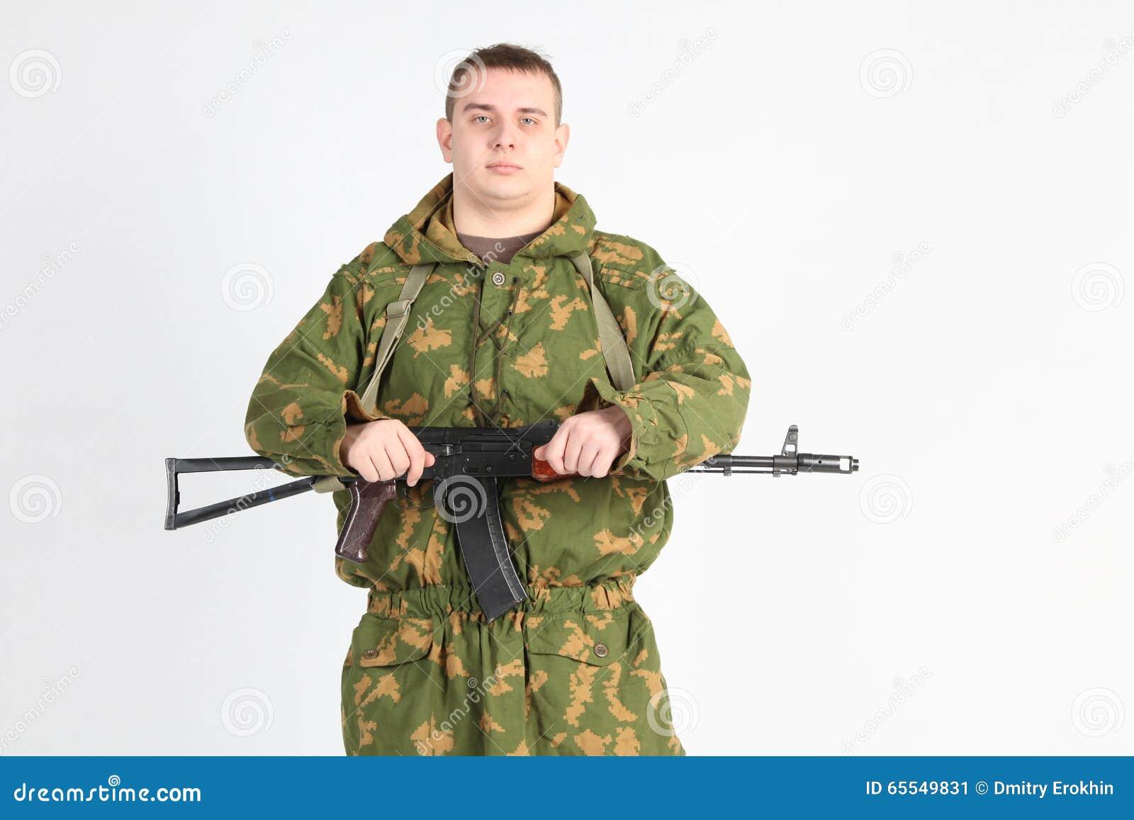 Un soldado con el arma