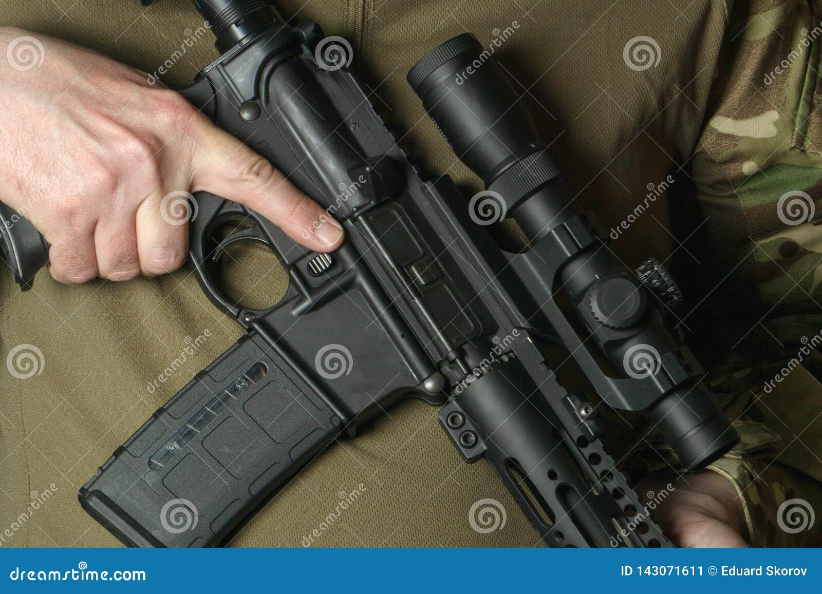 Un soldat tenant un fusil avec une vue télescopique