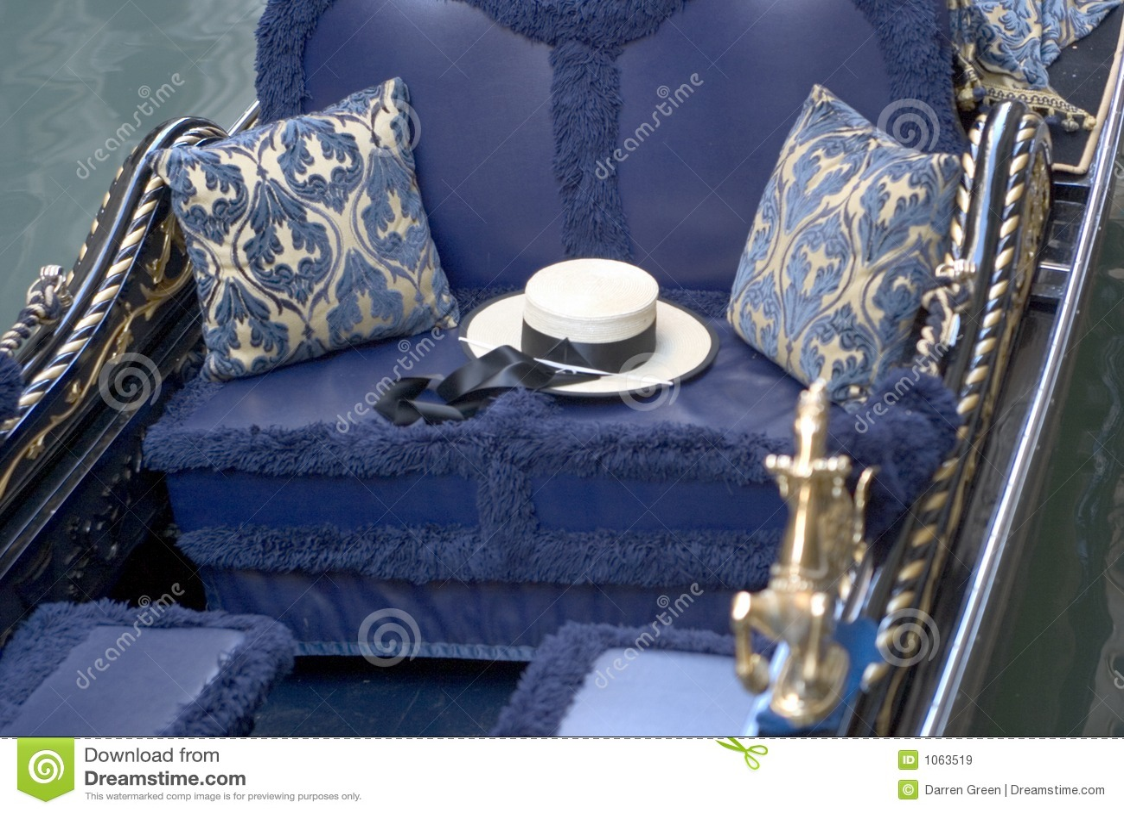 9274021eec538 Un sombrero de los gondoleros se sienta en una góndola adornada  intricatley