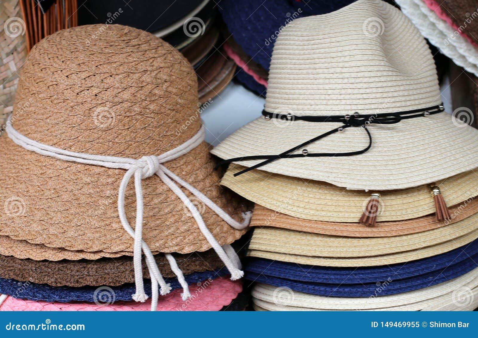 Un sombrero es un sombrero con una cola y generalmente con un borde