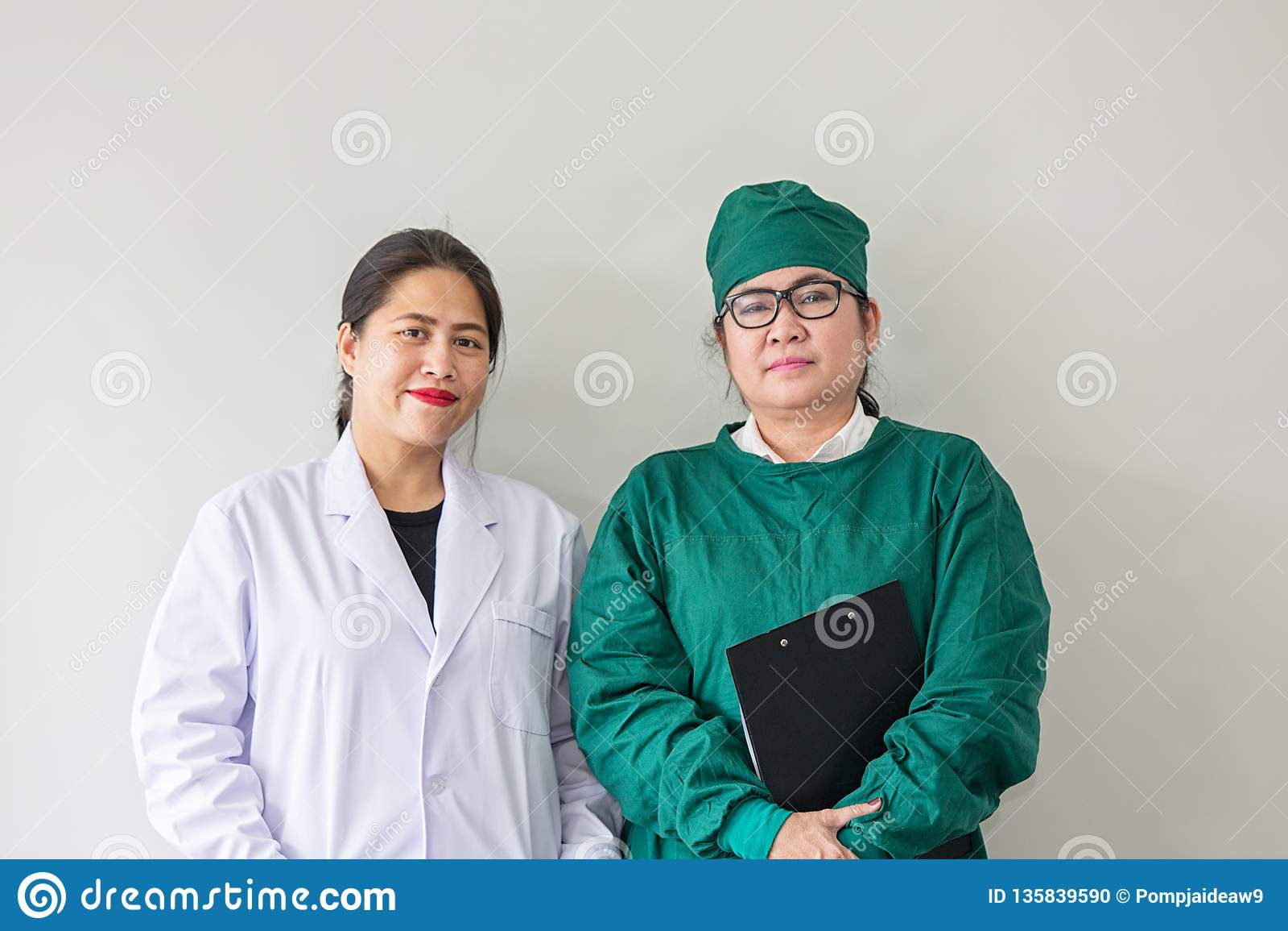 Un sorriso asiatico di due lavoratori medici Ritratto di medico asiatico