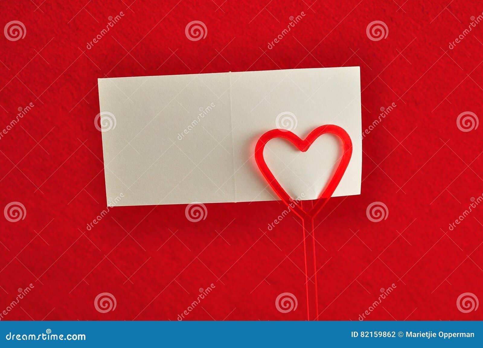 Un supporto di nota con un cuore rosso