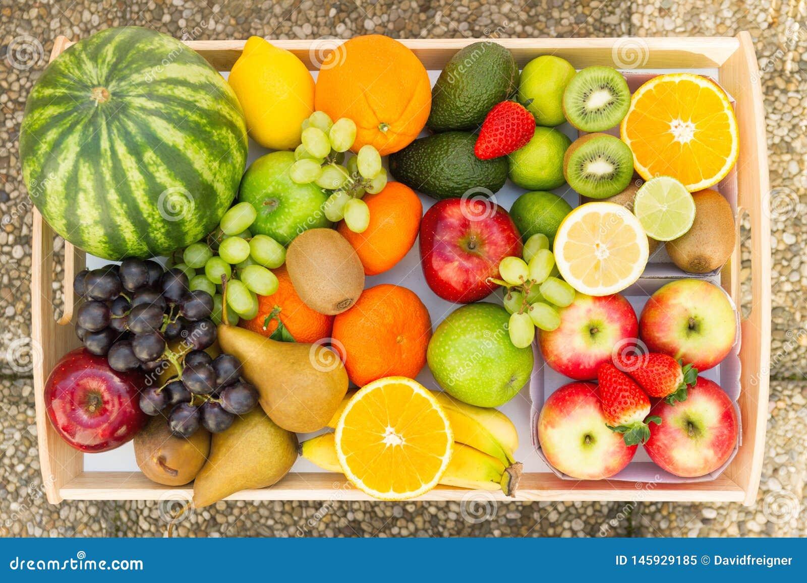 Un tas de beaucoup de diff?rents fruits tropicaux