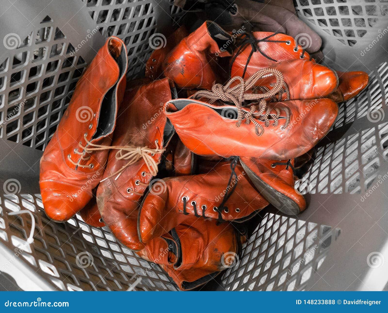 Un tas de vieilles chaussures rouges de dames de cru