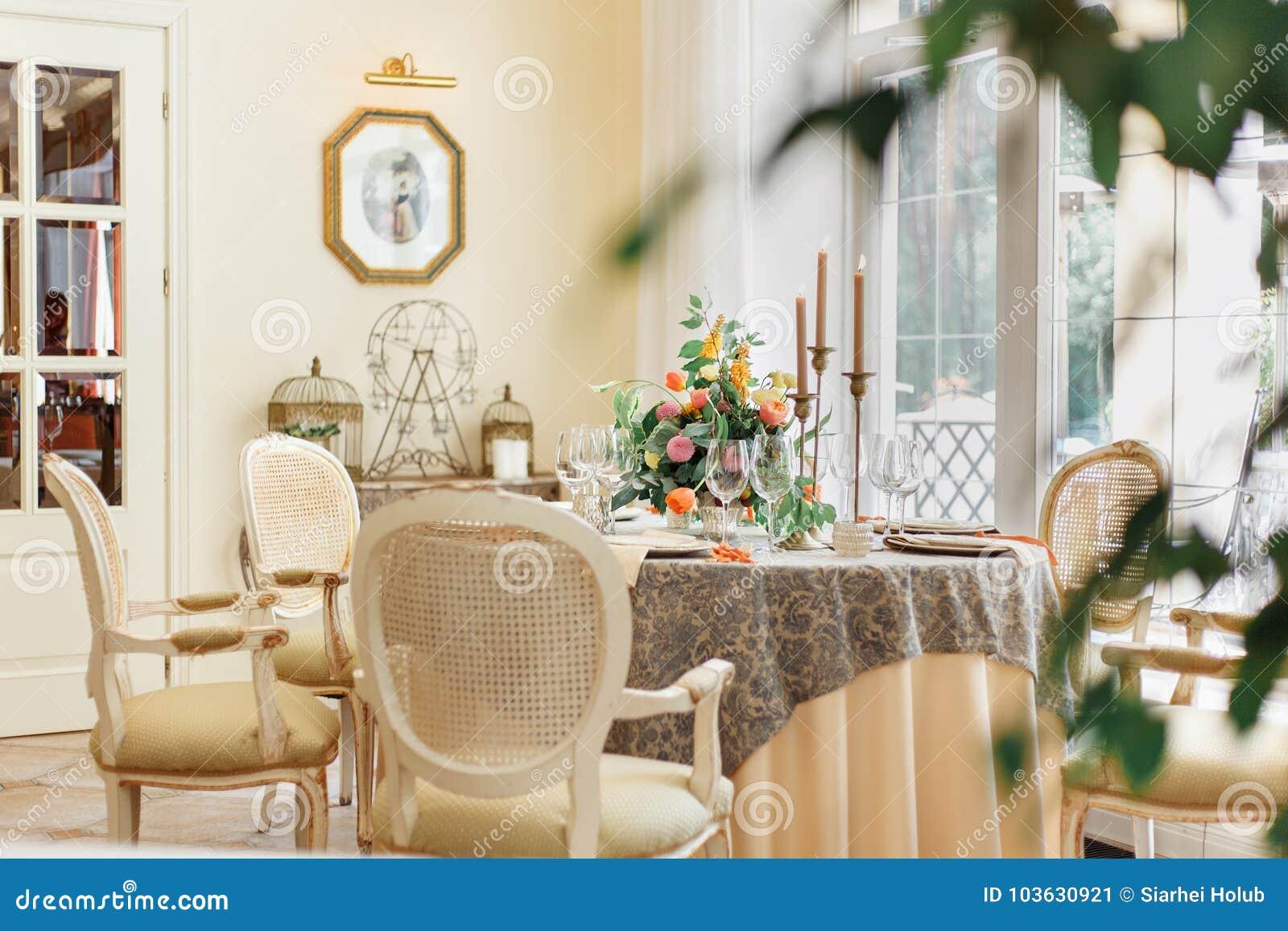 Un Tavolo Da Pranzo E Le Poltrone Comode In Una Casa Moderna Con Una Sala Da Pranzo Leggera Fotografia Editoriale Immagine Di Forcella Disegno 103630921