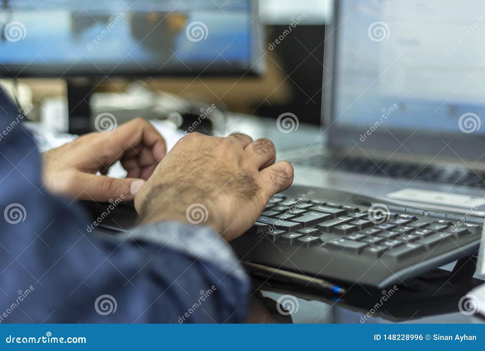 Un teclado del bluetooth del hombre que mecanograf?a