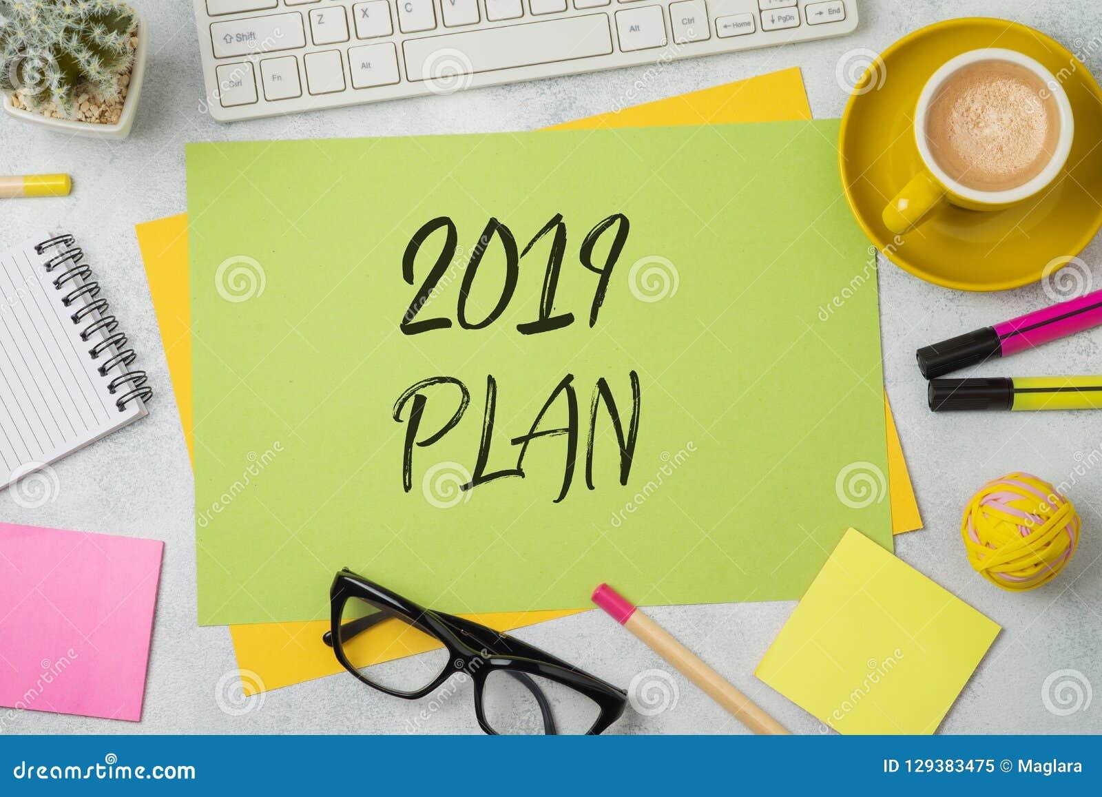 Un testo di 2019 piani sulla nota di carta variopinta dell appunto con l ufficio di affari