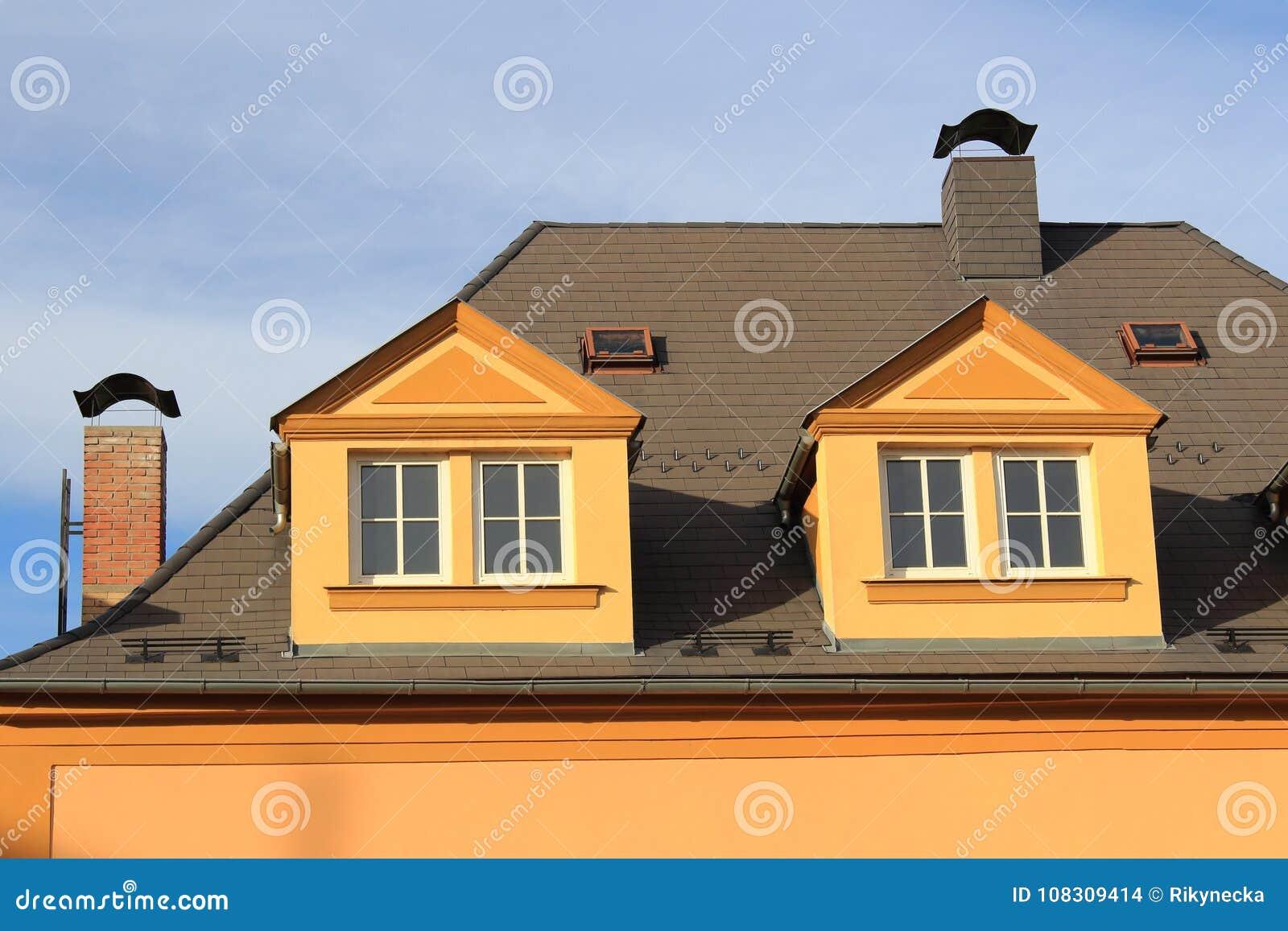 Camini In Mattoni Rossi : Un tetto di grande casa della città con due camini dei mattoni con