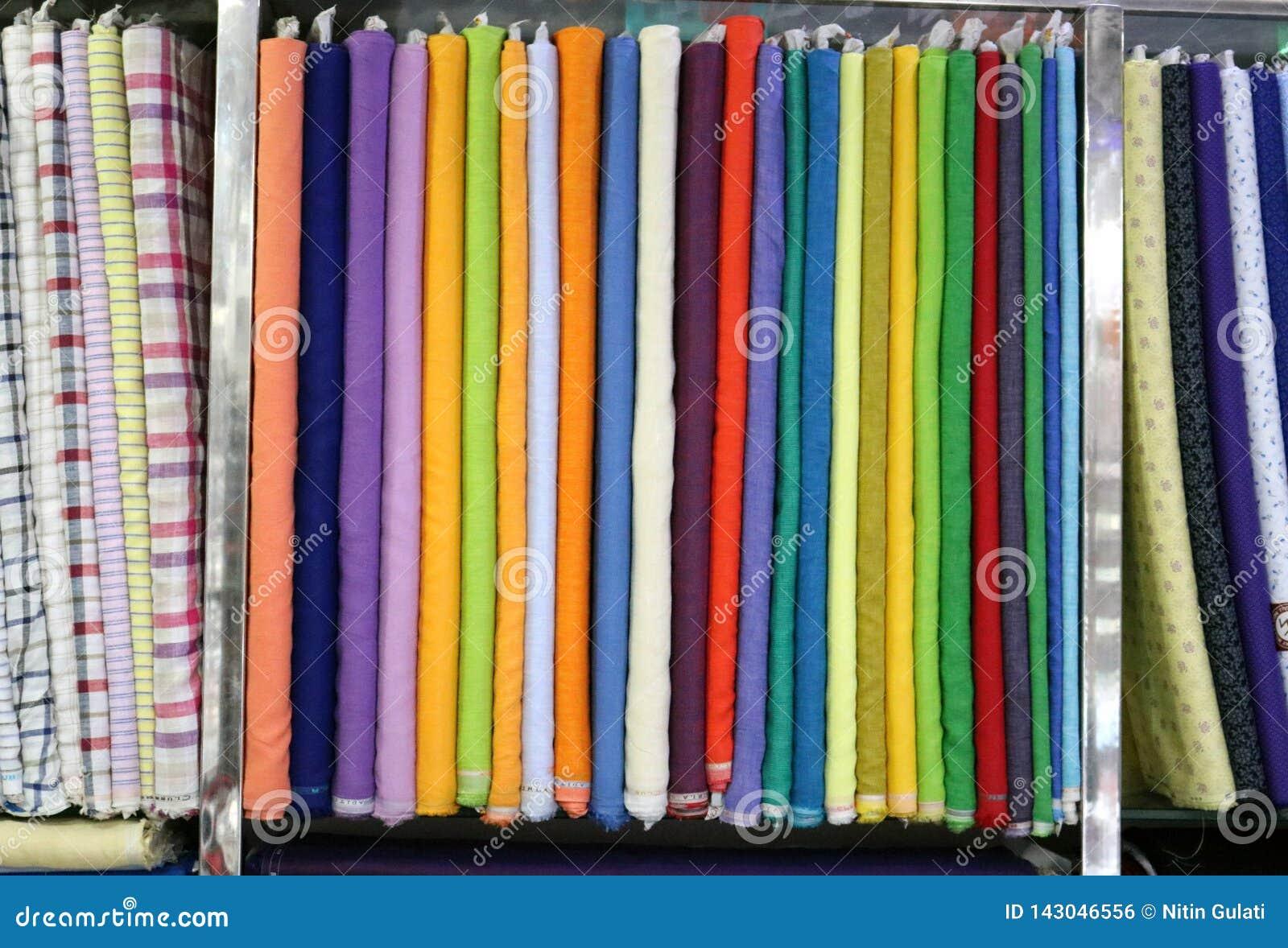 Un textile multicolore a enveloppé les paquets crus de tissu dans le support de support employé pour faire des produits finis