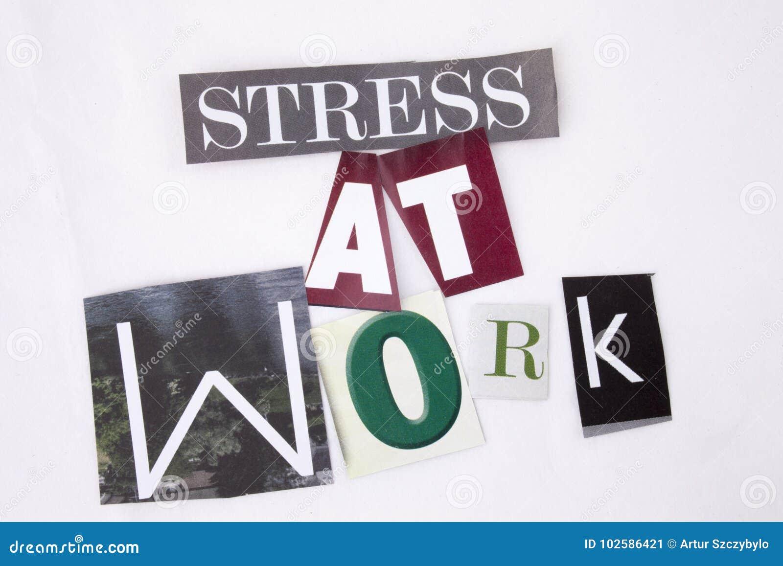 Un texto de la escritura de la palabra que muestra el concepto de tensión en el trabajo hecho de diversa letra del periódico de l
