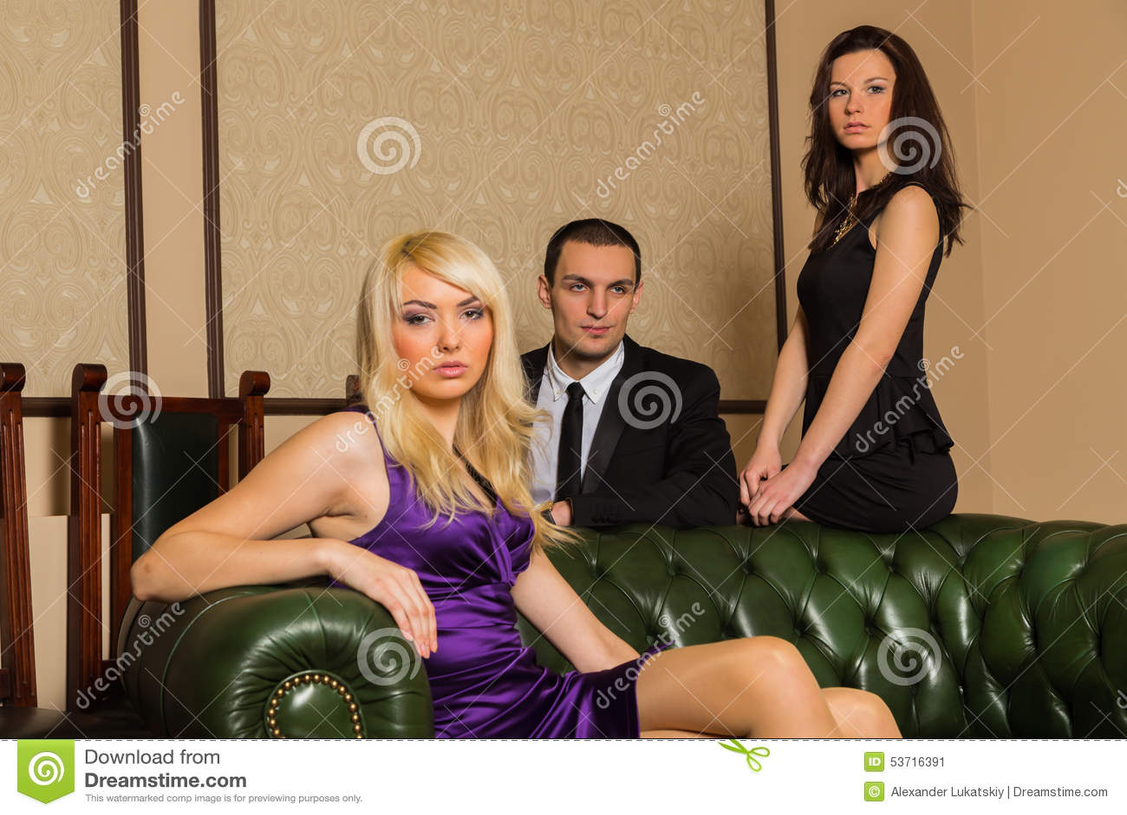 Un tipo e due ragazze nella stanza