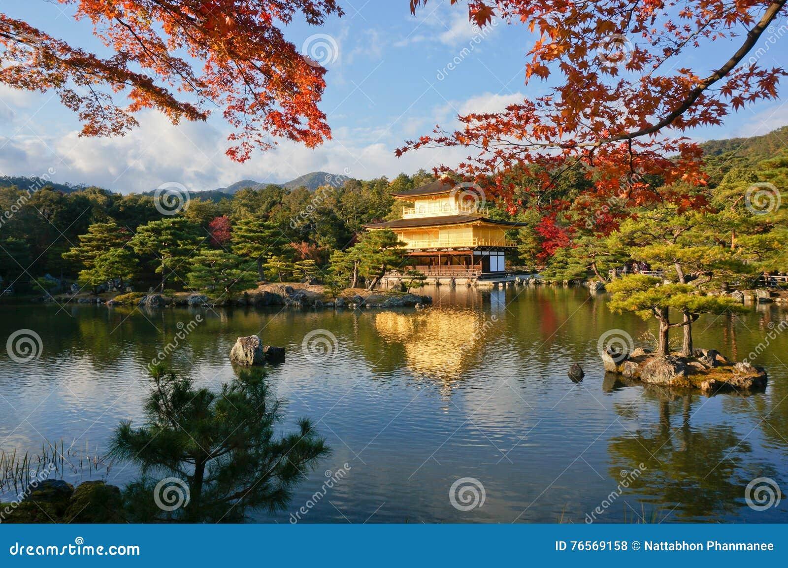 Aureolas Gigantes un tiro lejano del pabellón de oro, templo de kinkaku-ji