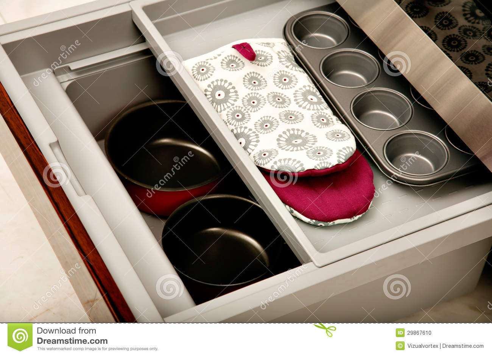 Tiroir de cuisine avec des compartiments photo stock for Tiroir cuisine coulissant