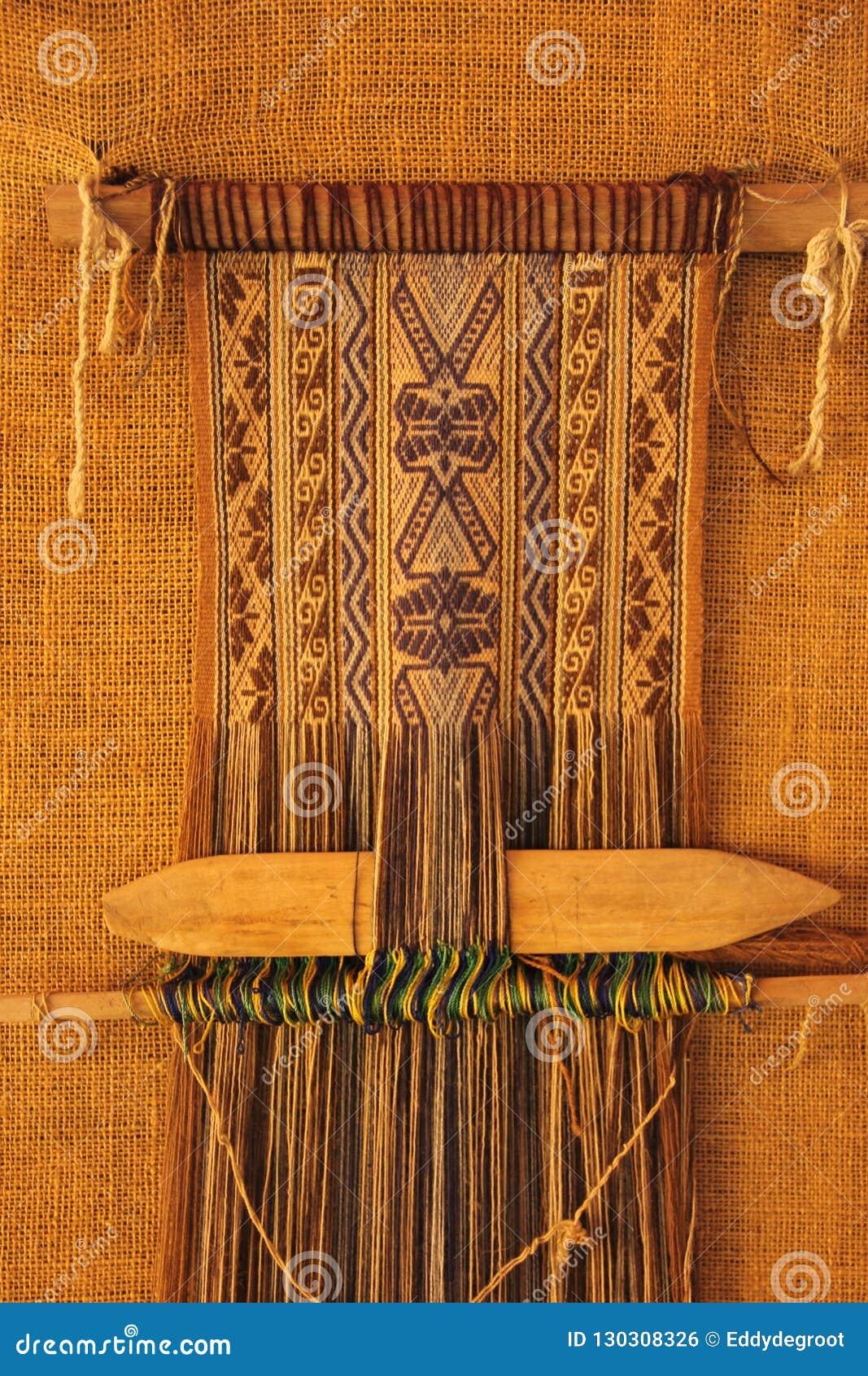 Un tissage traditionnel dans un métier à tisser