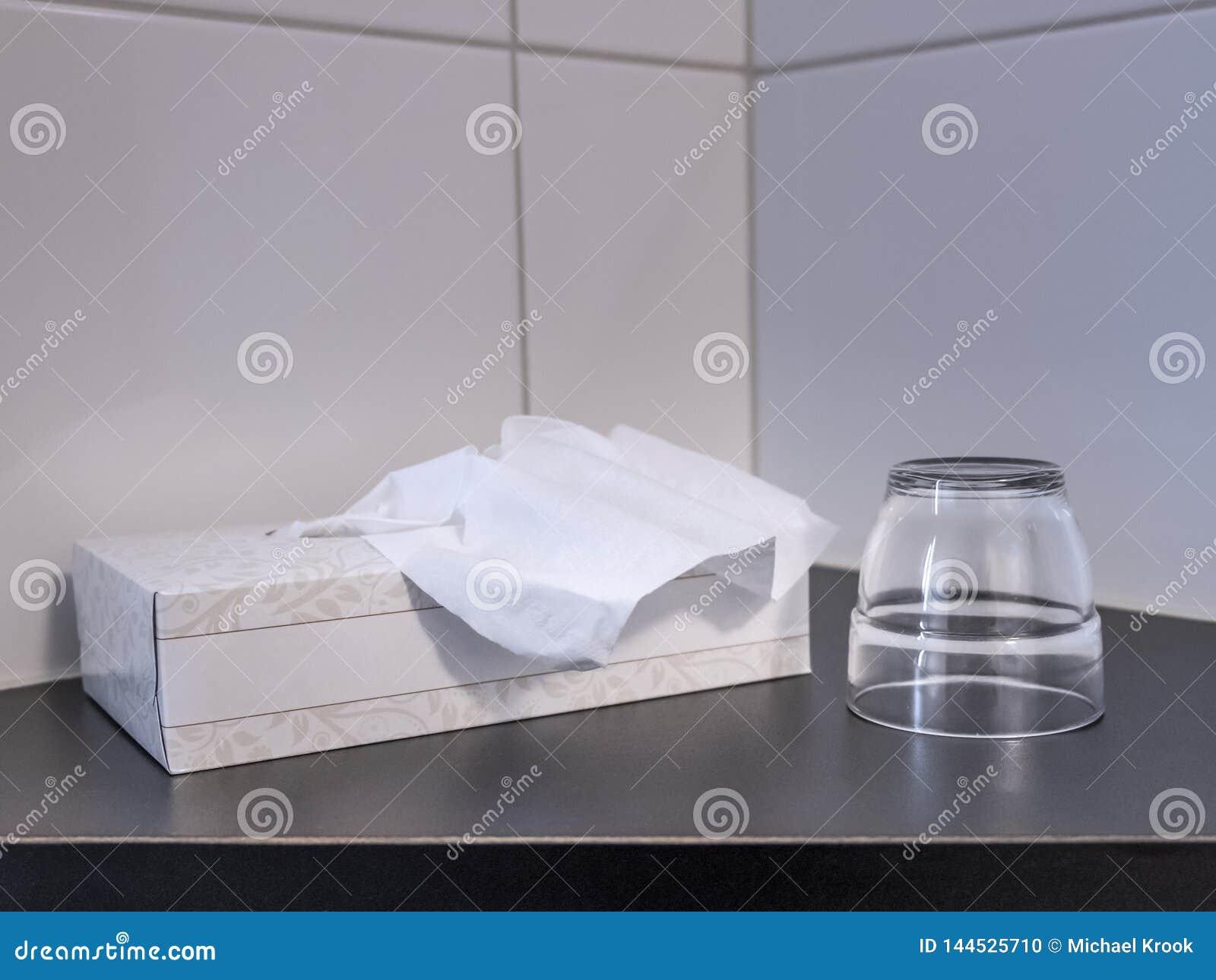 Un tissuebox y un vidrio