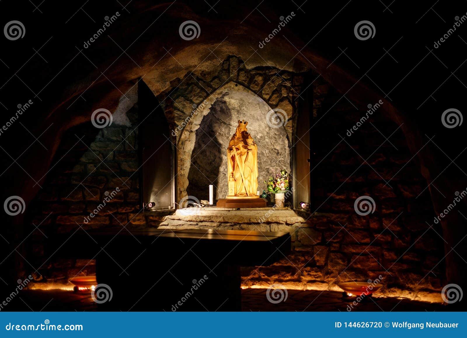 Un tombeau de saint Barbara dans une caverne foncée