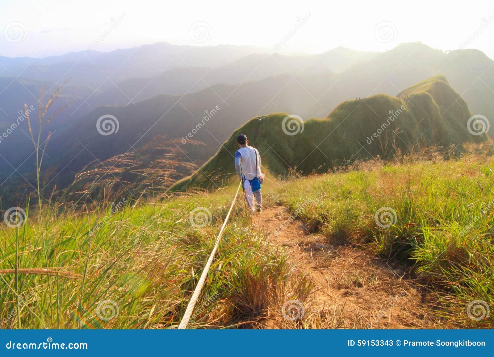 Un tourisme non identifié escaladant la montagne de KhaoChangPouk