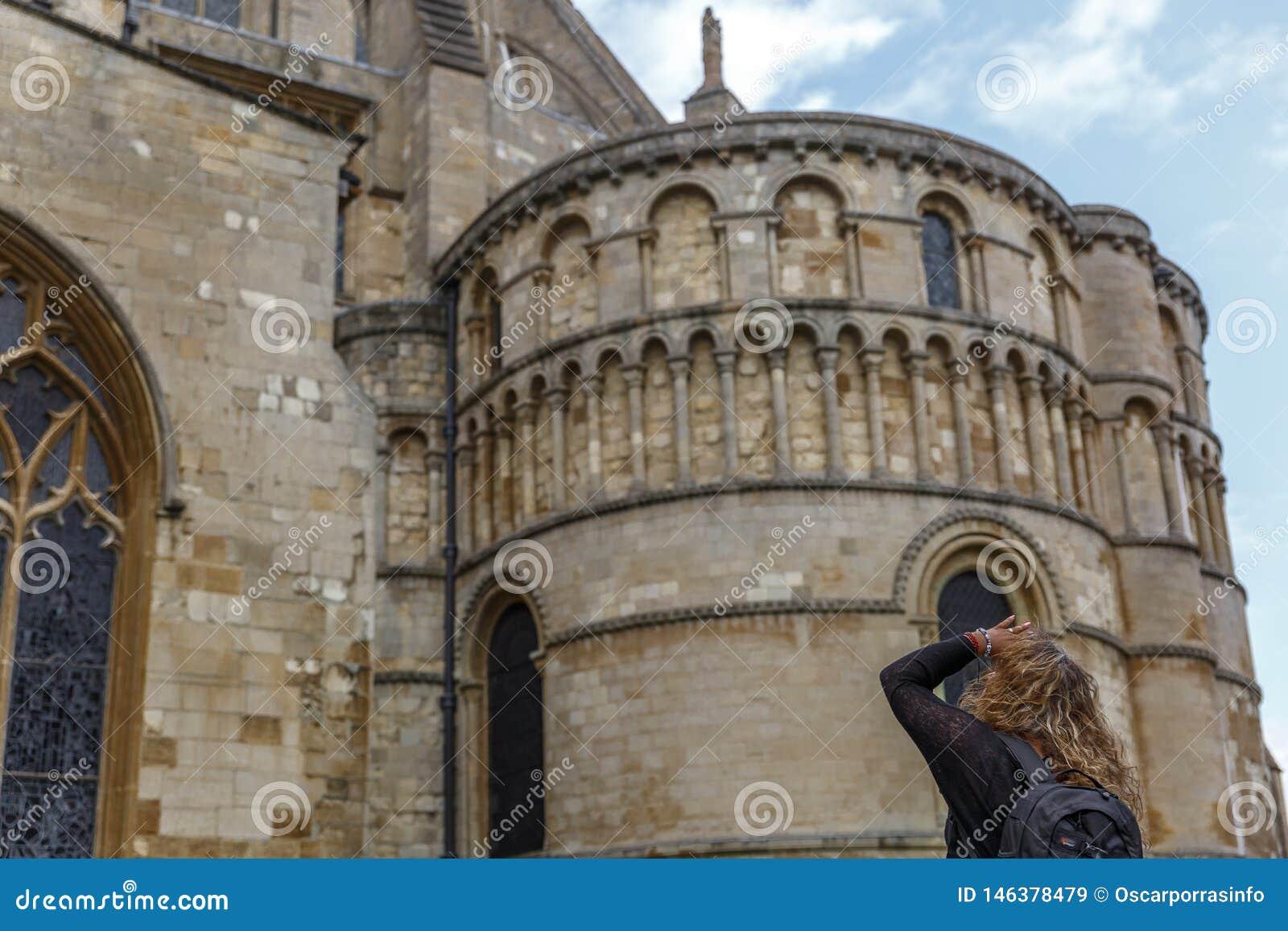 Un touriste observe soigneusement la façade d une partie de la cathédrale catholique de style médiéval dans la ville de Norwich