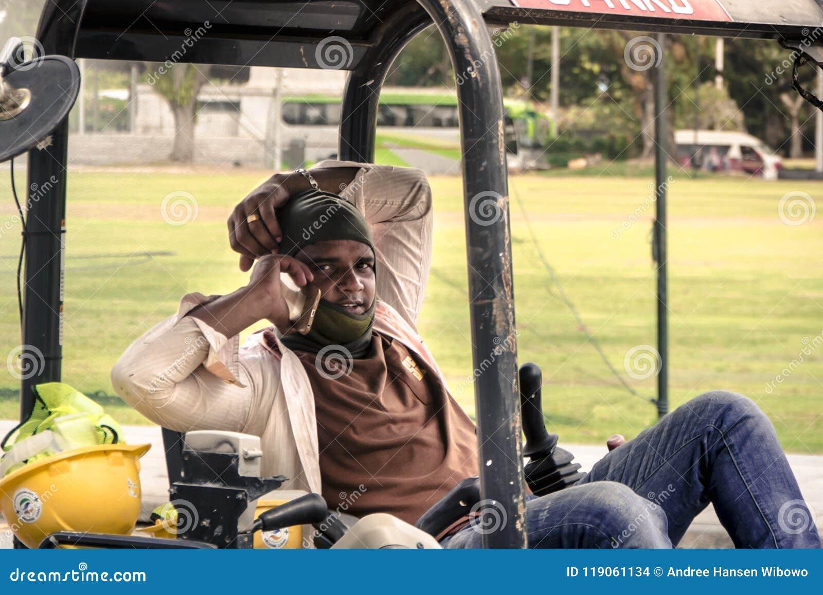 Un trabajador de construcción indio en una llamada de teléfono