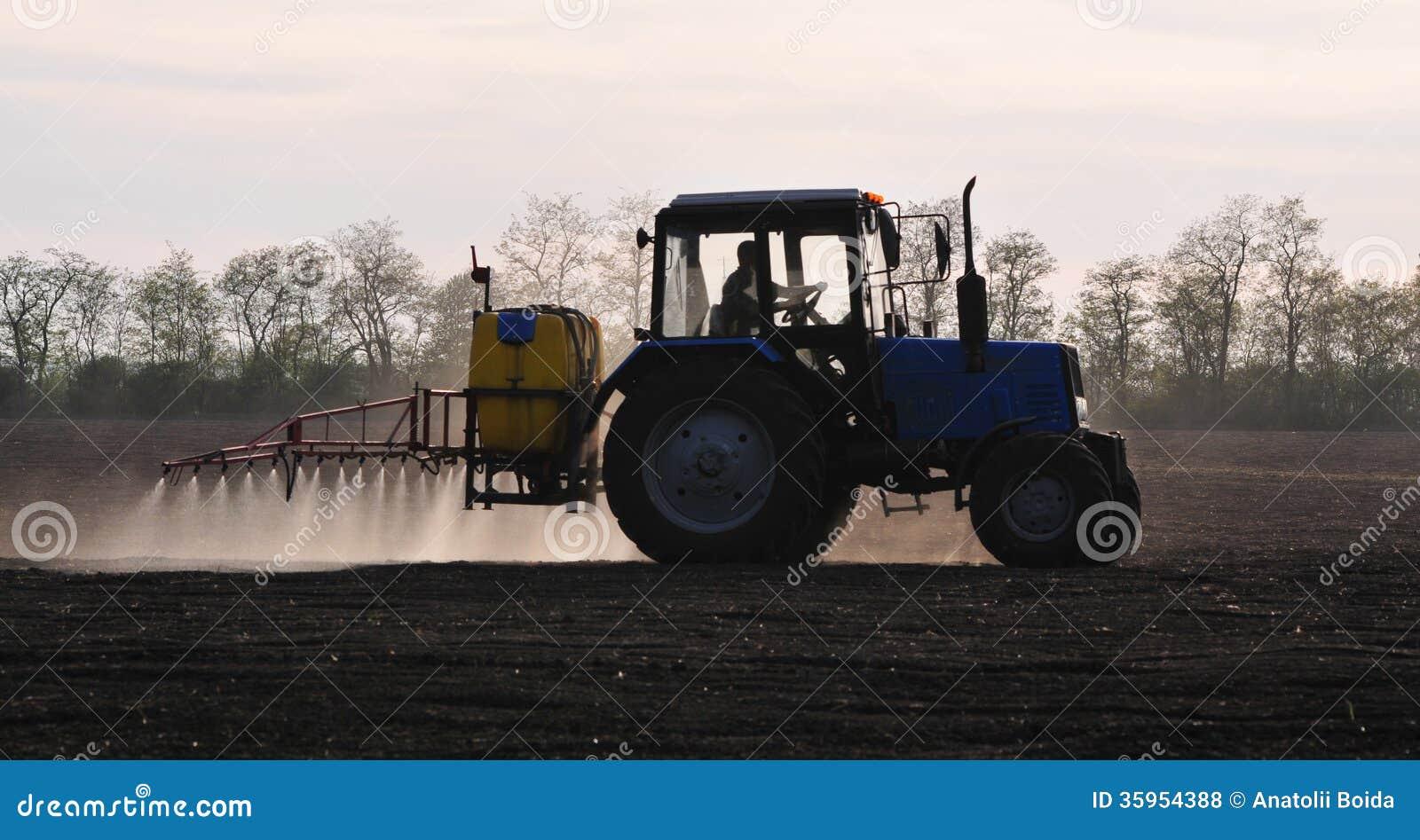 Un tractor está en el campo