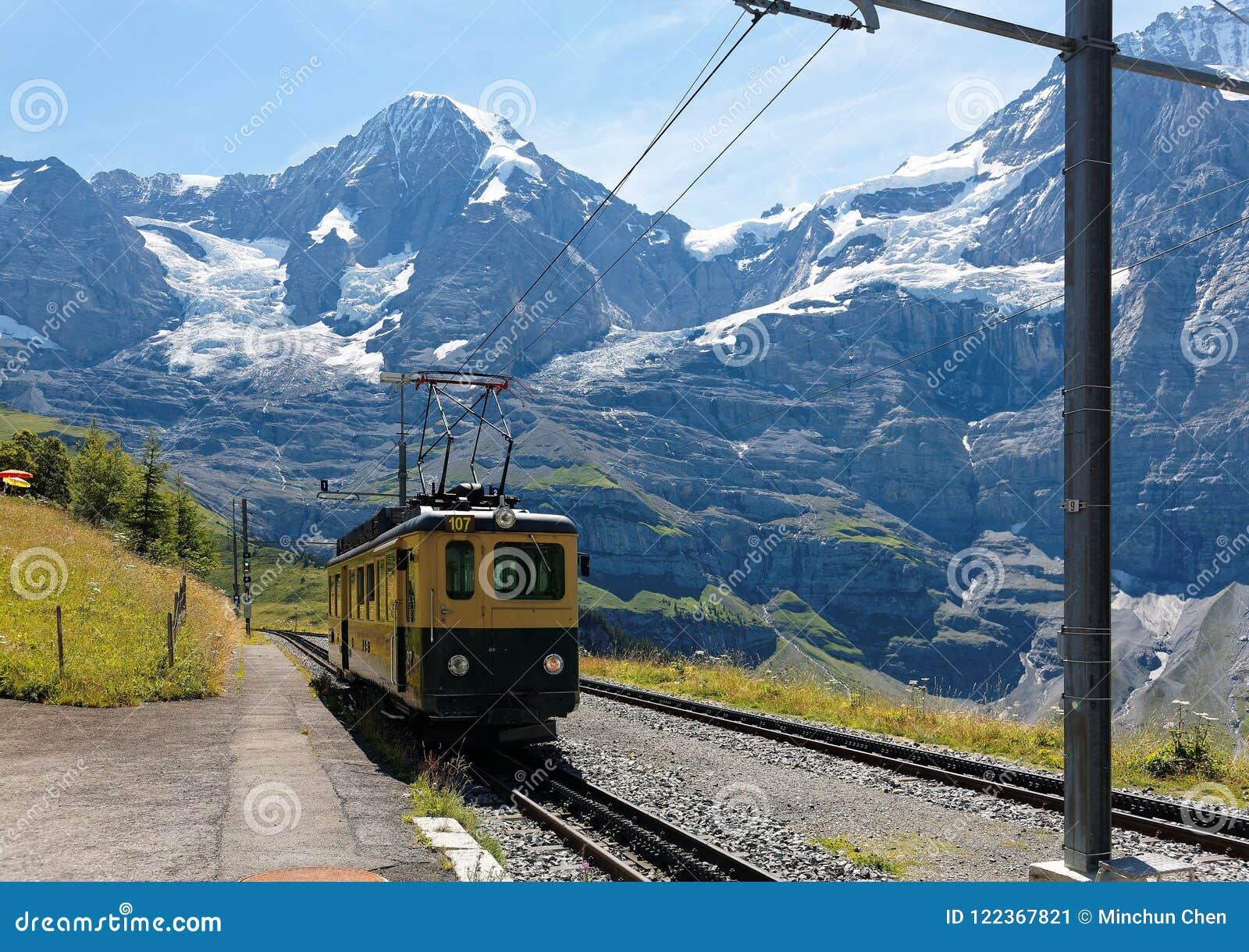 Un train de roue de dent voyageant sur le chemin de fer de montagne de Wengen à la station de Kleine Scheidegg