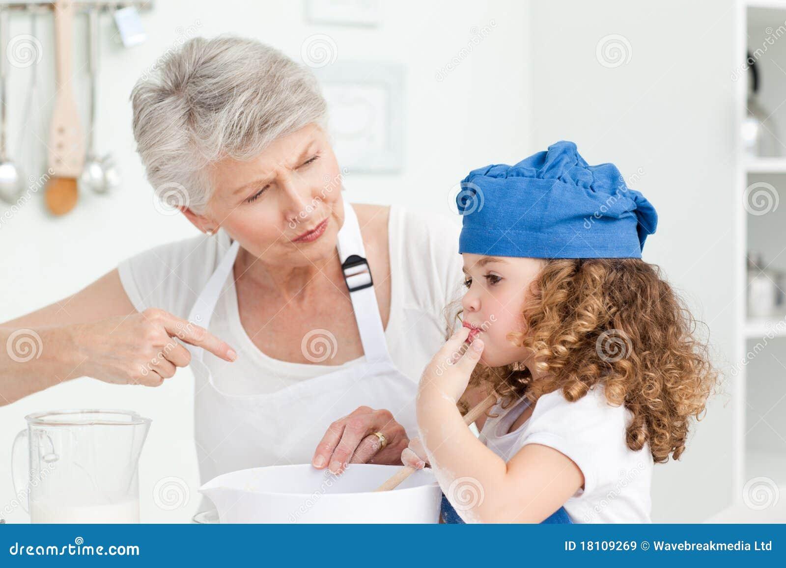 Un traitement au four de petite fille avec sa grand m re images libres de droits image 18109269 - Cul de grand mere ...