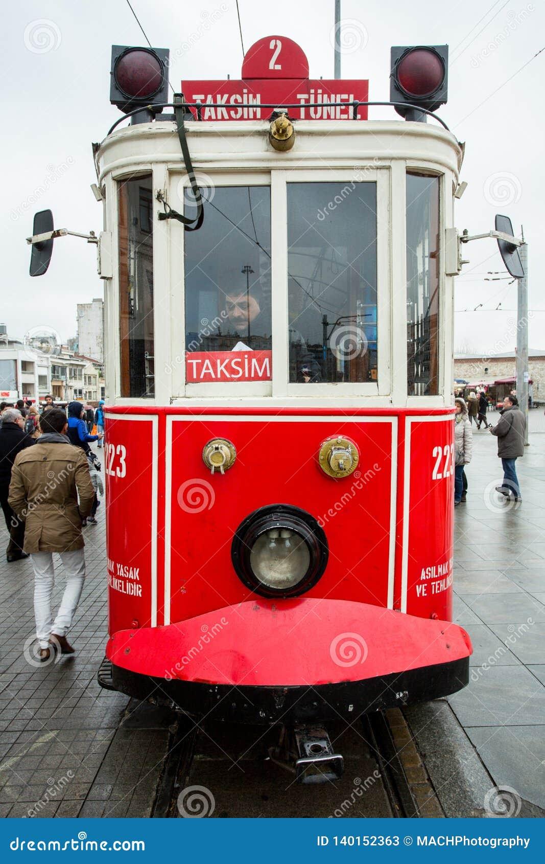 Un tram dans la place de Taksim, Istanbul, Turquie