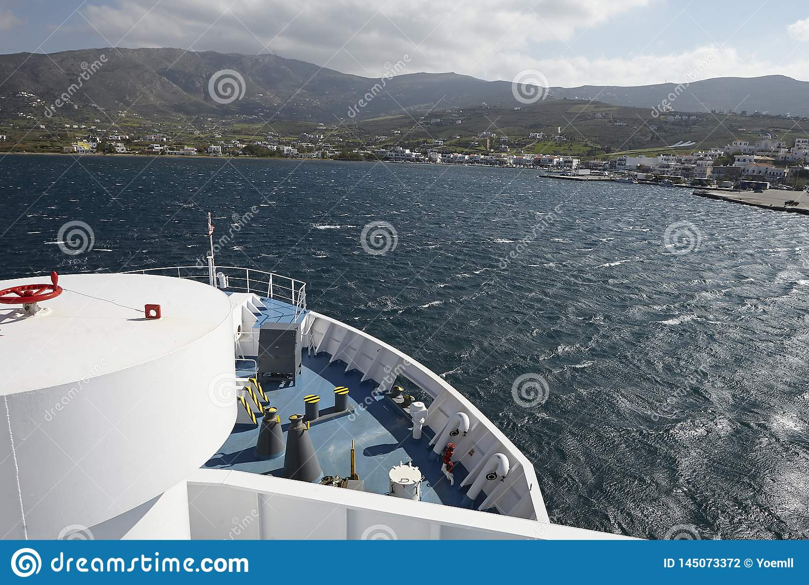 Un transbordador llega la isla de Andros