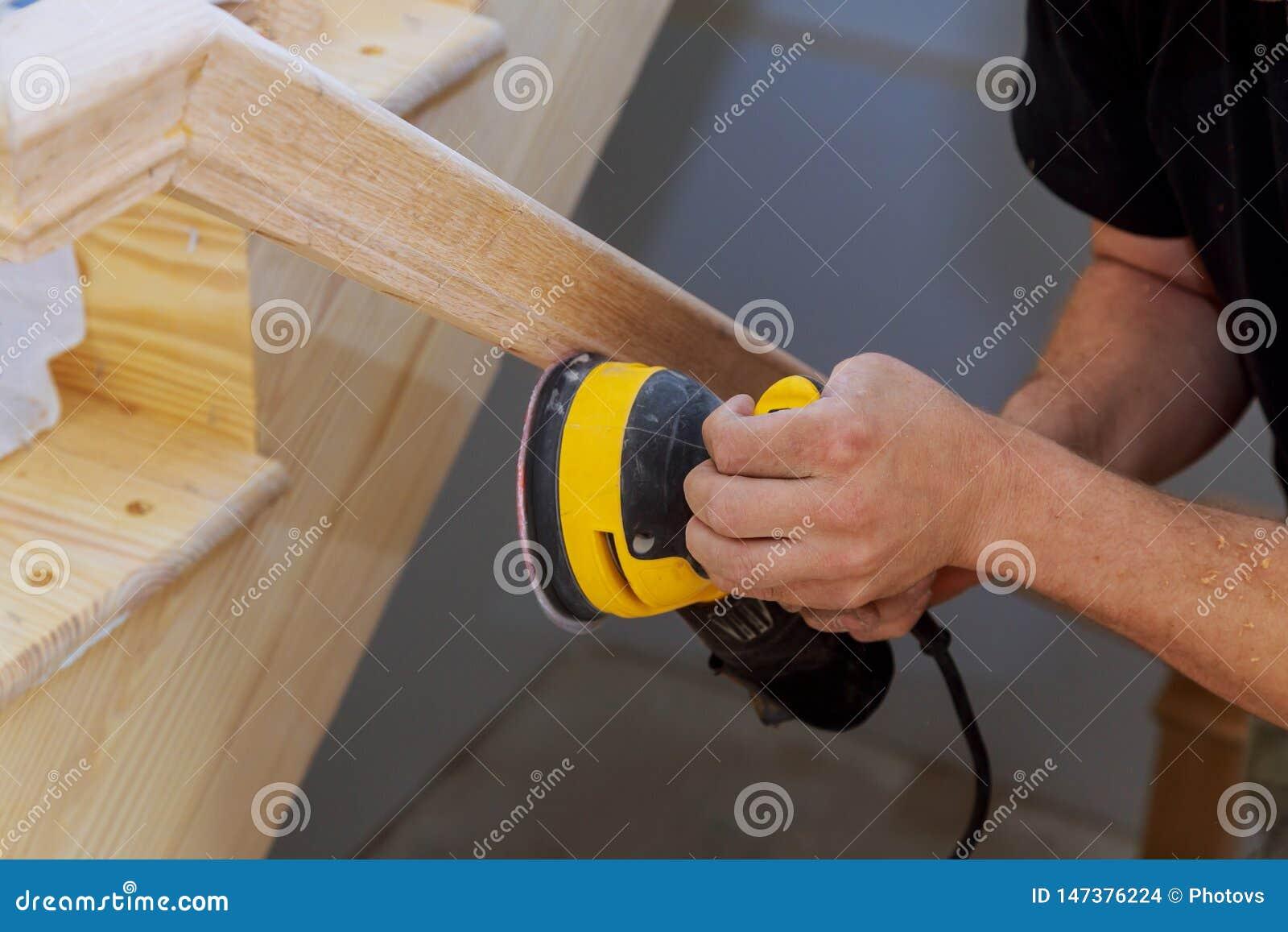 Poncage Escalier En Bois un travail en bois de broyeur d'escalier sur les balustrades