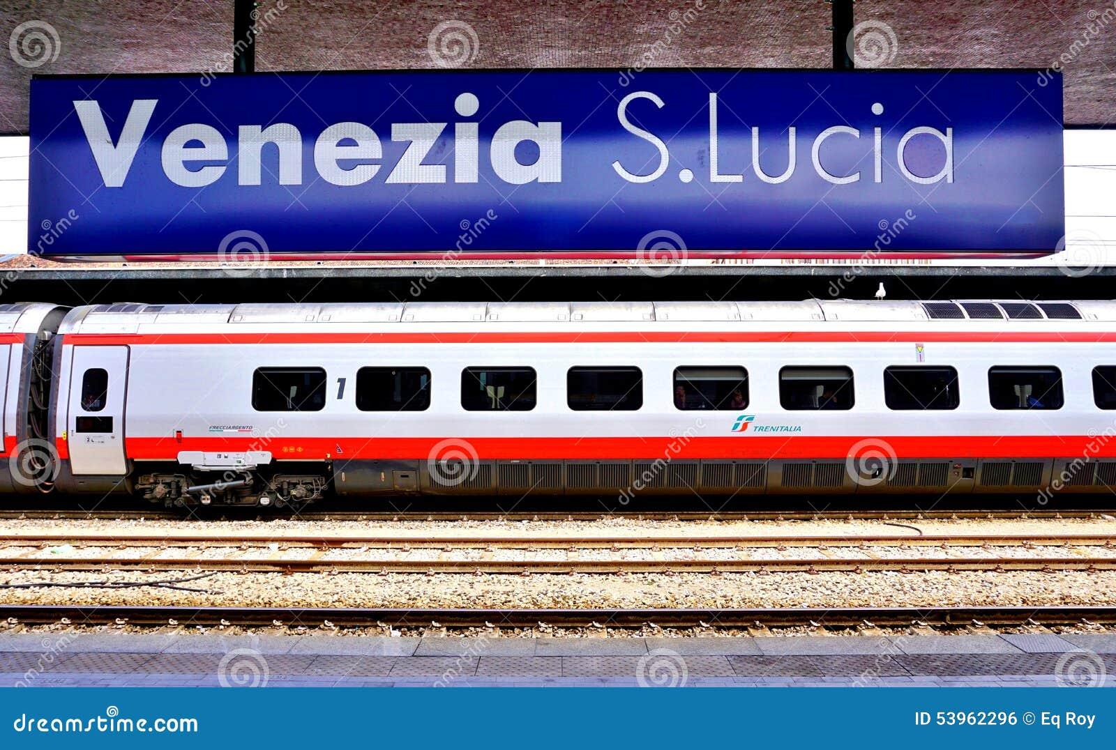 Un tren de alta velocidad italiano en la estación de Venecia