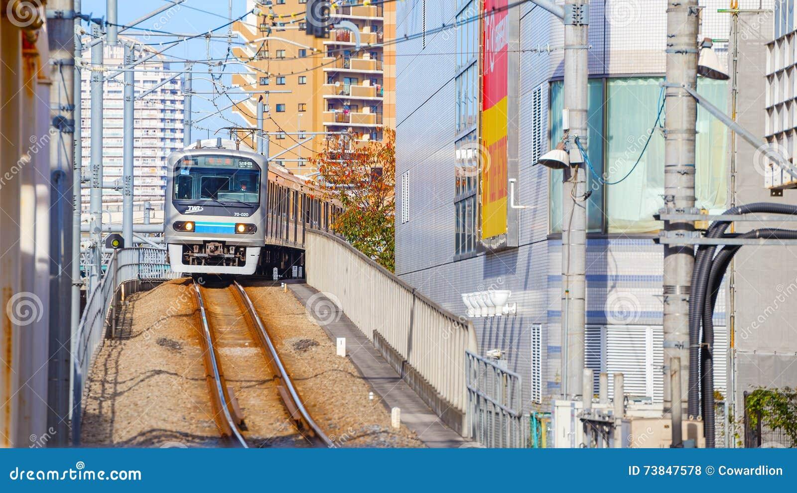 Un tren local llega la estación de Ikebukuro