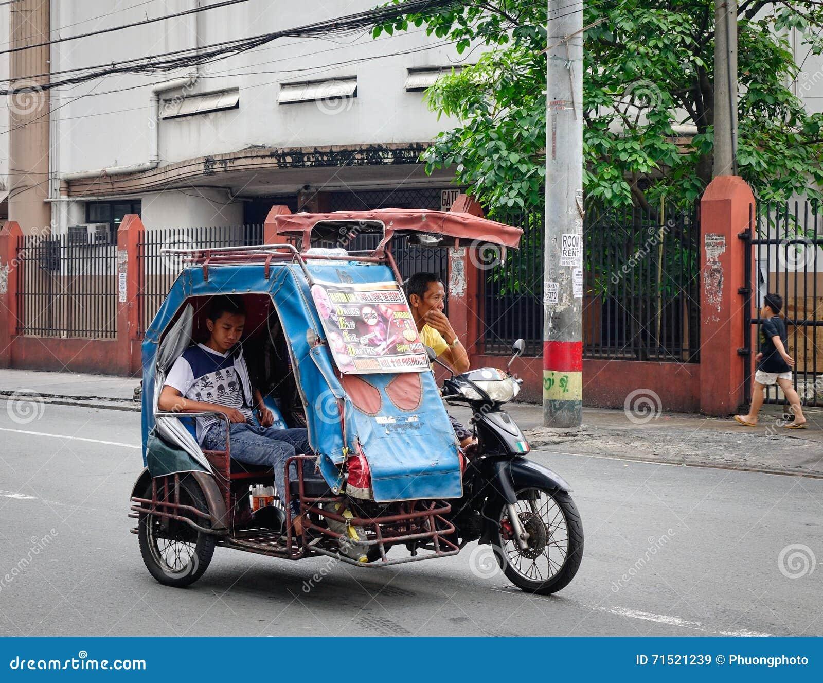 Un tricycle fonctionnant sur la rue à Manille, Philippines