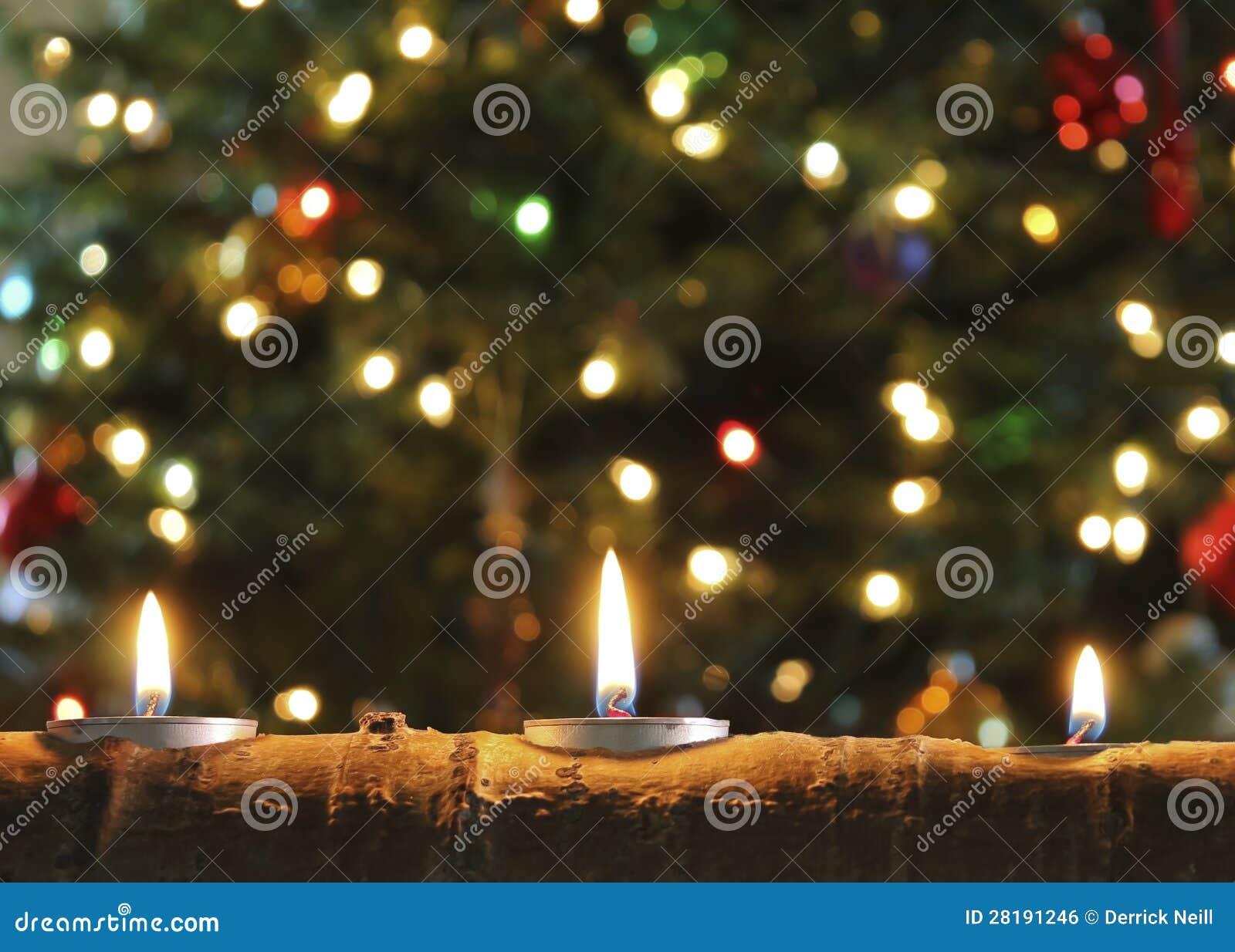 Un trio des bougies de Noël dans un log d Aspen