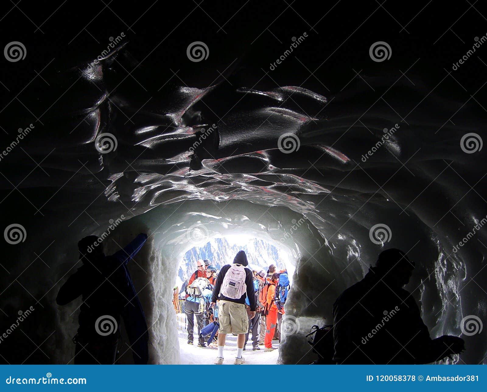 Un tunnel del ghiaccio sul massiccio della montagna di Mont Blanc