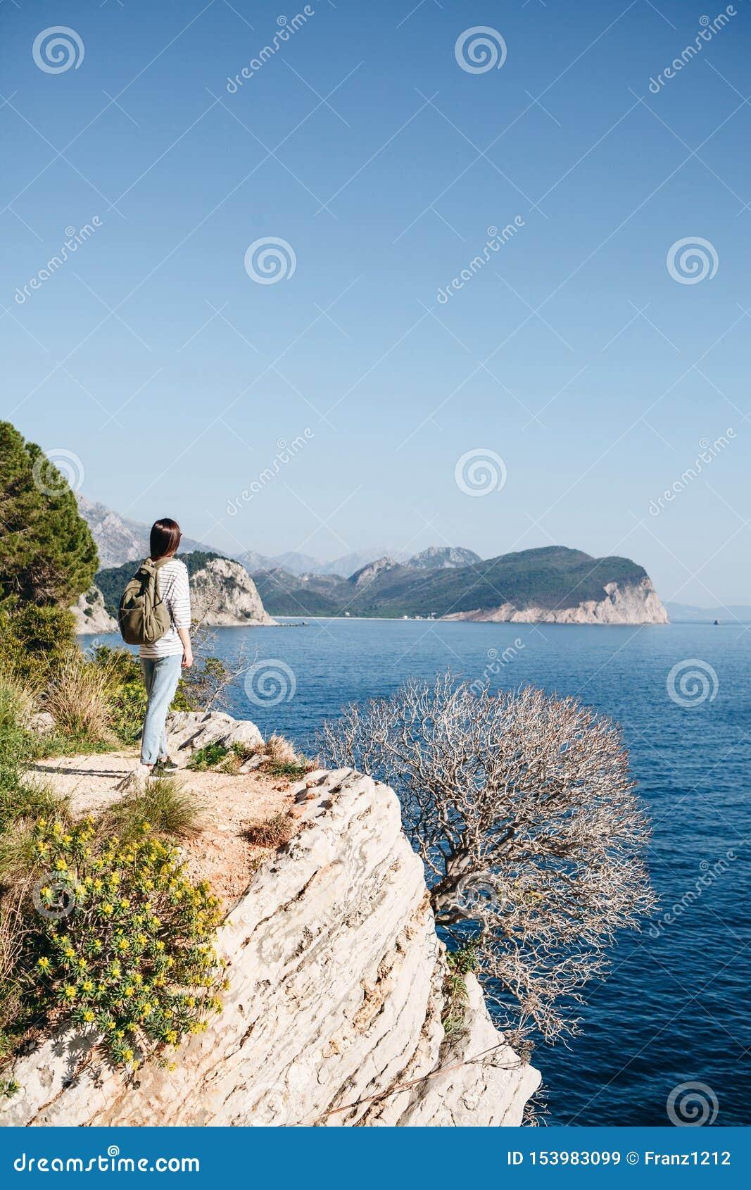 Un turista con una mochila