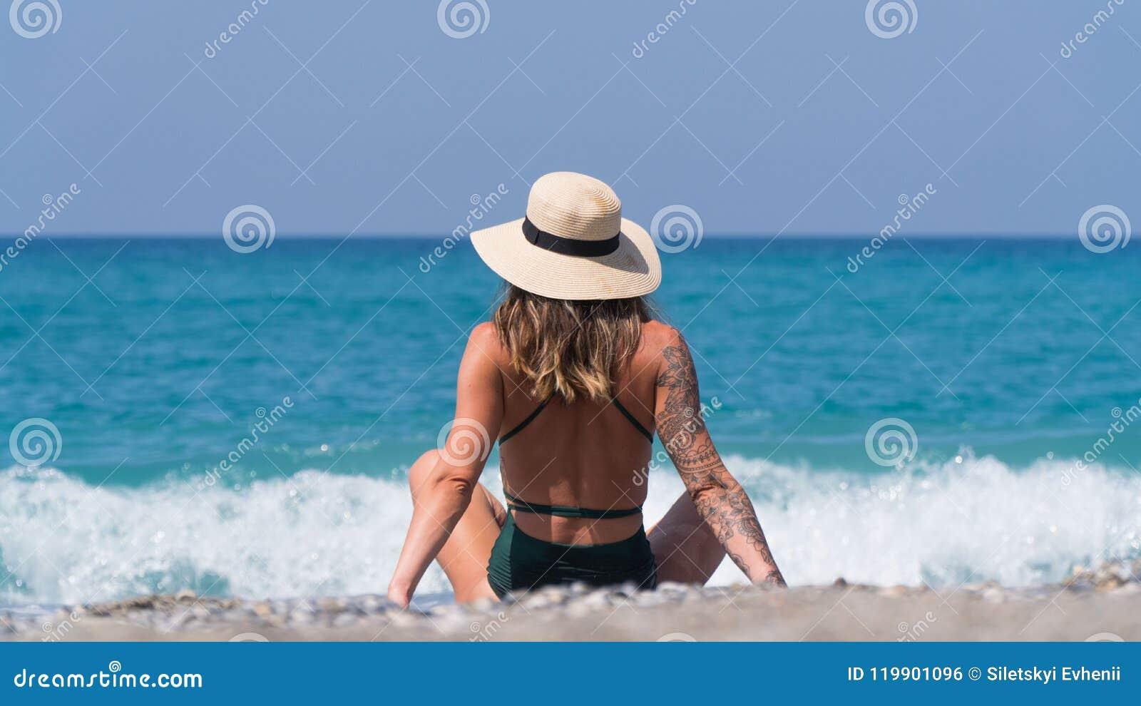 Un Turista In Un Costume Da Bagno Nero Guarda Fuori Al Mare In