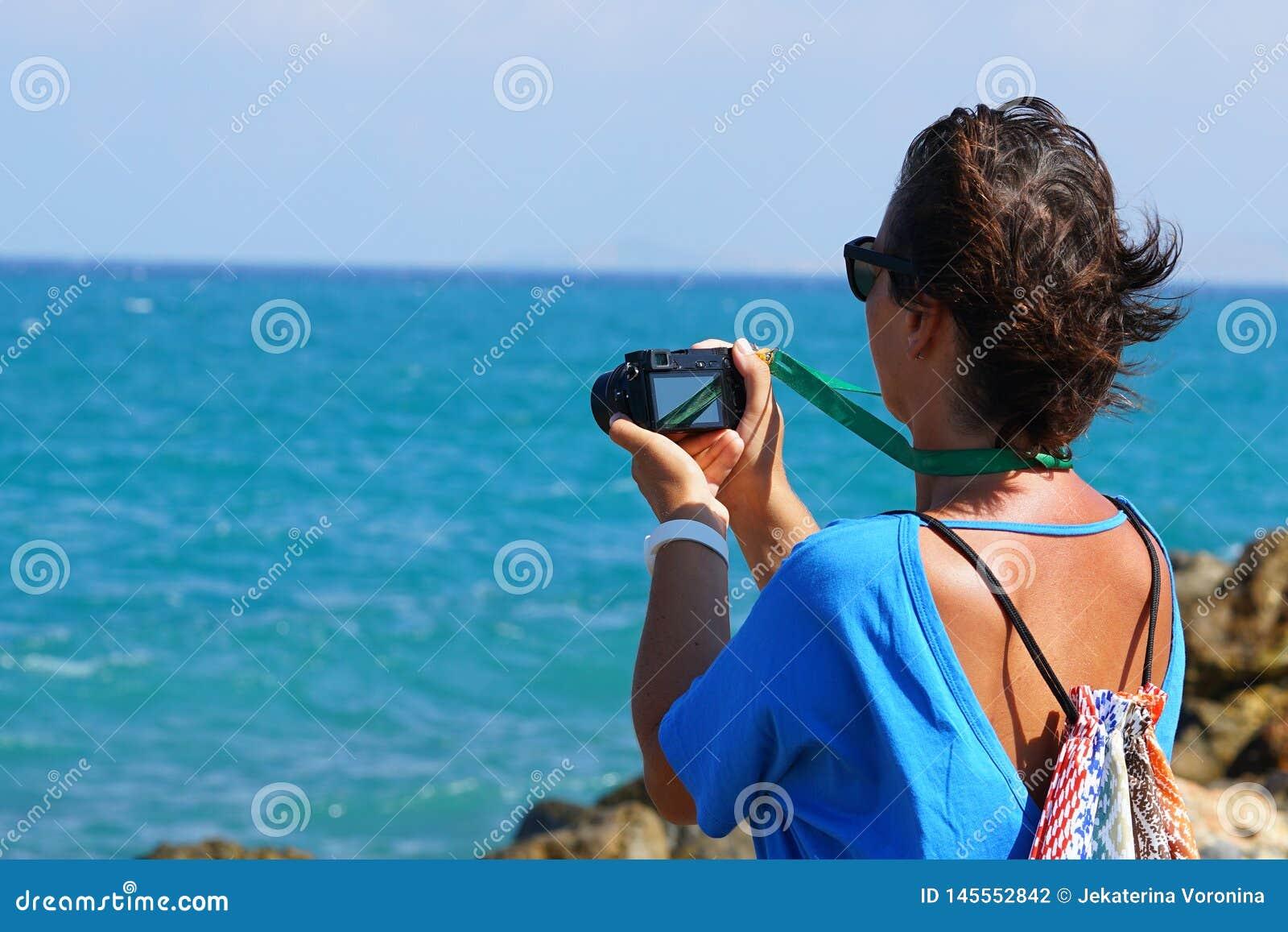 Un turista fotografía el mar en Creta